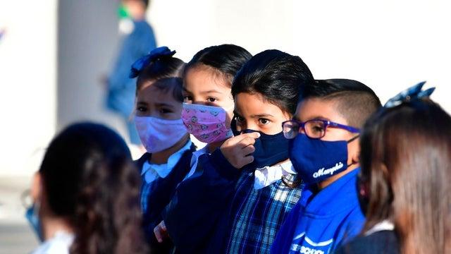 Trong vòng một tuần, số trẻ em Mỹ mắc COVID-19 tăng gần gấp đôi - Ảnh: The Hill/Getty Images
