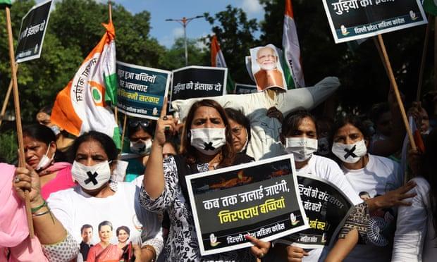 Nhiều người biểu tình yêu cầu mức án tử hình đối với 4 người đàn ông bị buộc tội. Ảnh: Amarjeet Kumar Singh / SOPA Images / REX / Shutterstock