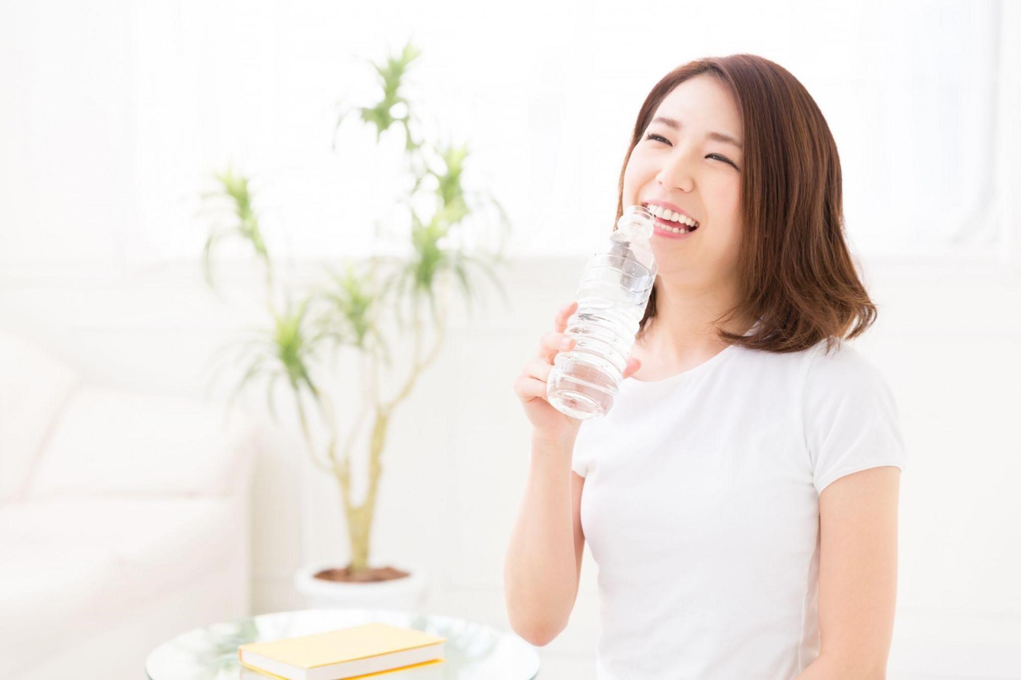 Uống nước đủ và đúng không chỉ giúp cơ thể khỏe mạnh mà còn cải thiện vẻ ngoài thêm rạng rỡ - Ảnh: Shutterstock