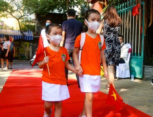 Học sinh trường Mầm non được cô giáo đón từ cổng trong lễ khai giảng