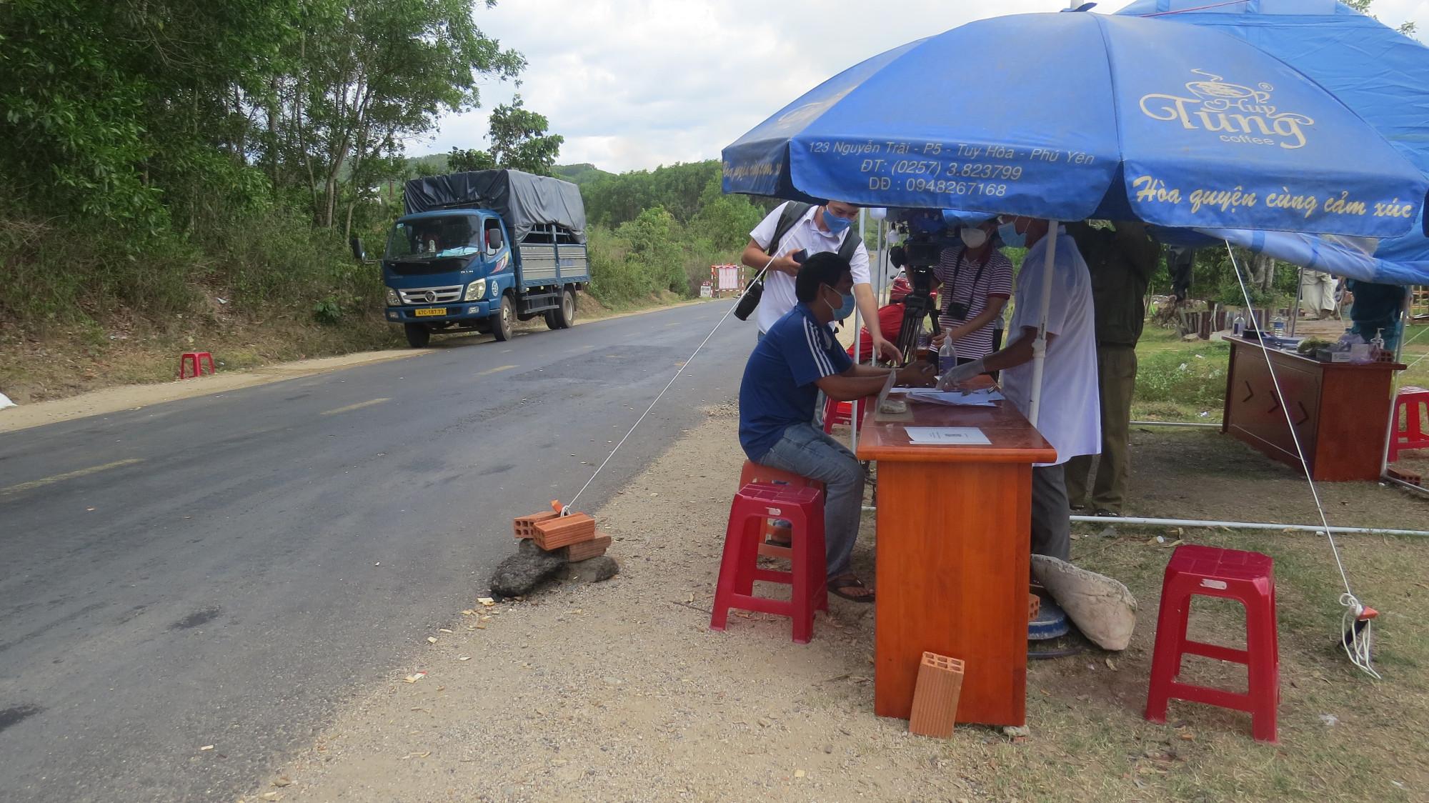 Khai báo y tế tại các chốt chặn phòng chống COVID-19 Phú Yên