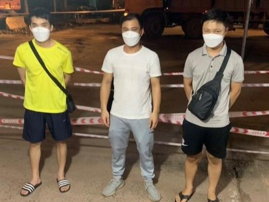 Lực lượng chức năng phát hiện 4 thanh niên khai báo gian dối nên đã đưa đi cách ly tập trung tự trả phí.