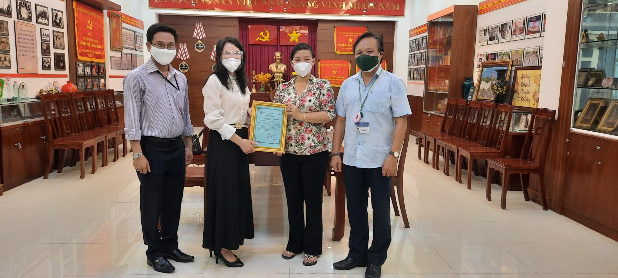 Bà Trần Thị Phương Hoa - Pho Chủ tịch Hội LHPN TP - đại diện Ban Thường vụ gởi thư cảm ơn đến Hội LHPN Doanh nhân Việt Nam tại Đài Loan