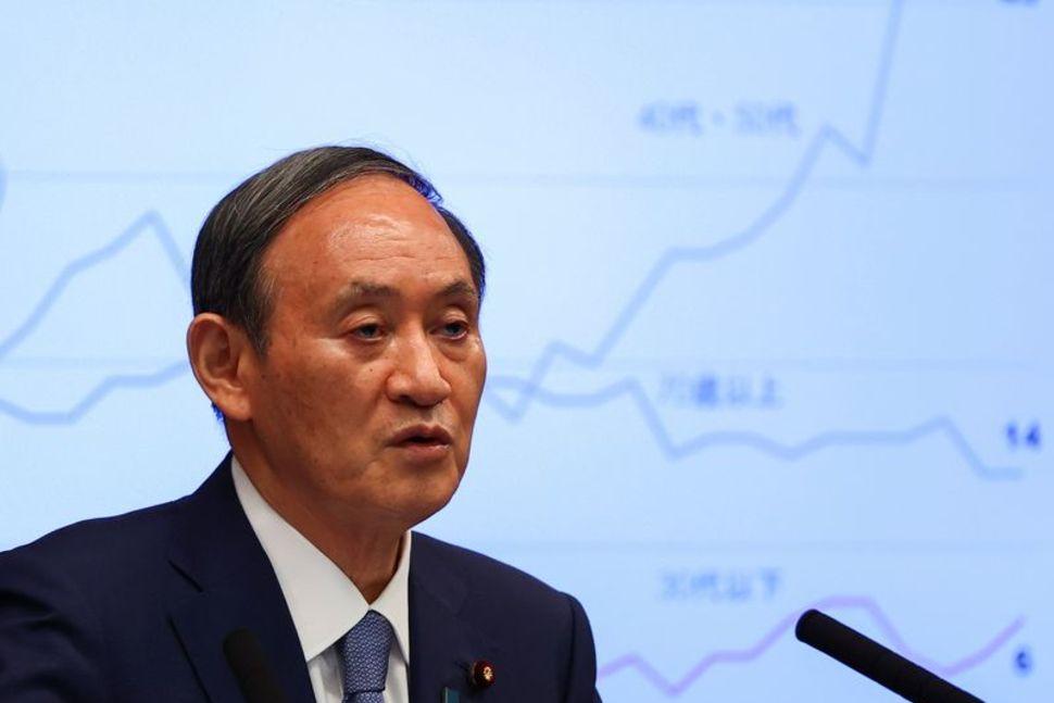 Thủ tướng Nhật Bản Yoshihide Suga tham dự một cuộc họp báo về ứng phó của Nhật Bản đối với đại dịch coronavirus (COVID-19), tại dinh thự chính thức của ông trong Thế vận hội Olympic Tokyo 2020 ở Tokyo, Nhật Bản, ngày 30 tháng 7 năm 2021. REUTERS