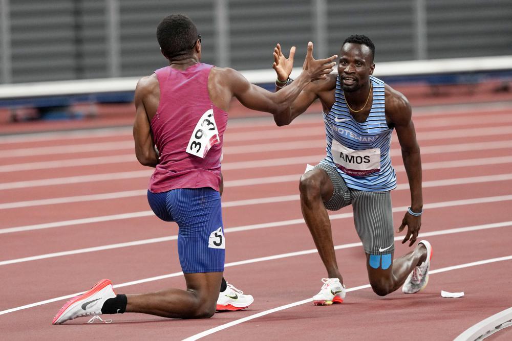 Isaiah Jewett (Mỹ) và Nijel Amos (Botswana) bắt tay nhau sau khi ngã ở trận bán kết 800m nam ngày 1/8. Ảnh: AP