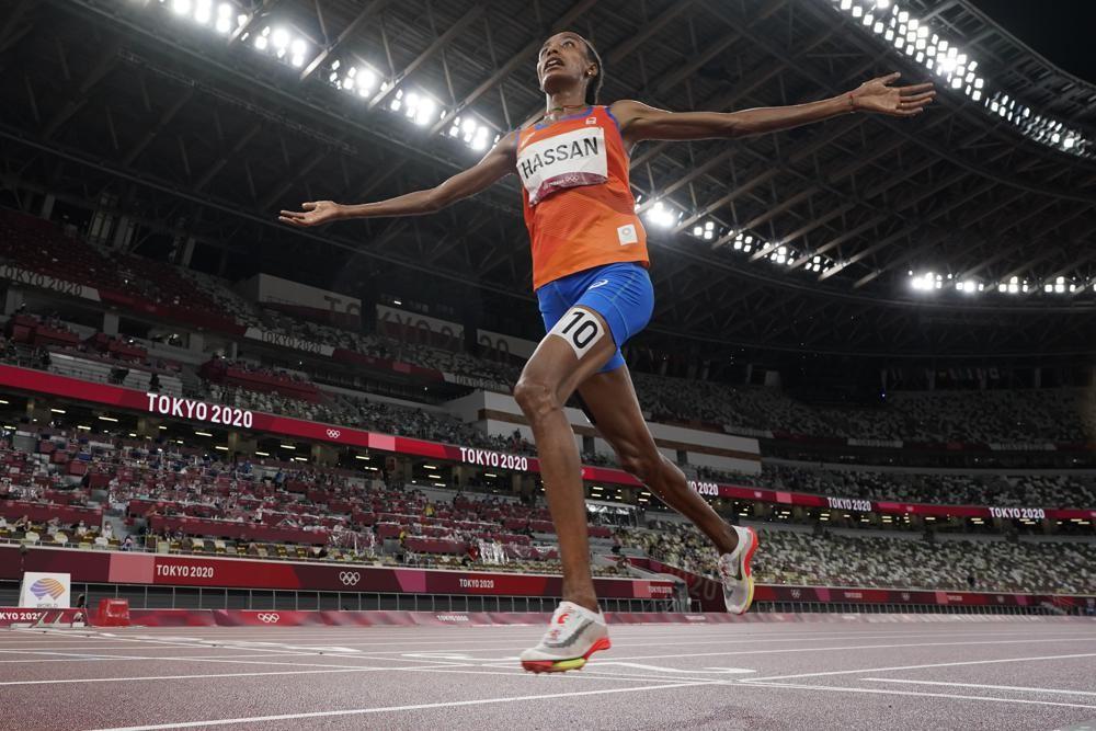 Sifan Hassan (Hà Lan) ăn mừng khi vượt qua vạch đích để giành chiến thắng trong trận chung kết 5.000m nữ tại Thế vận hội mùa hè Tokyo 2020 hôm 2/8. Ảnh: AP