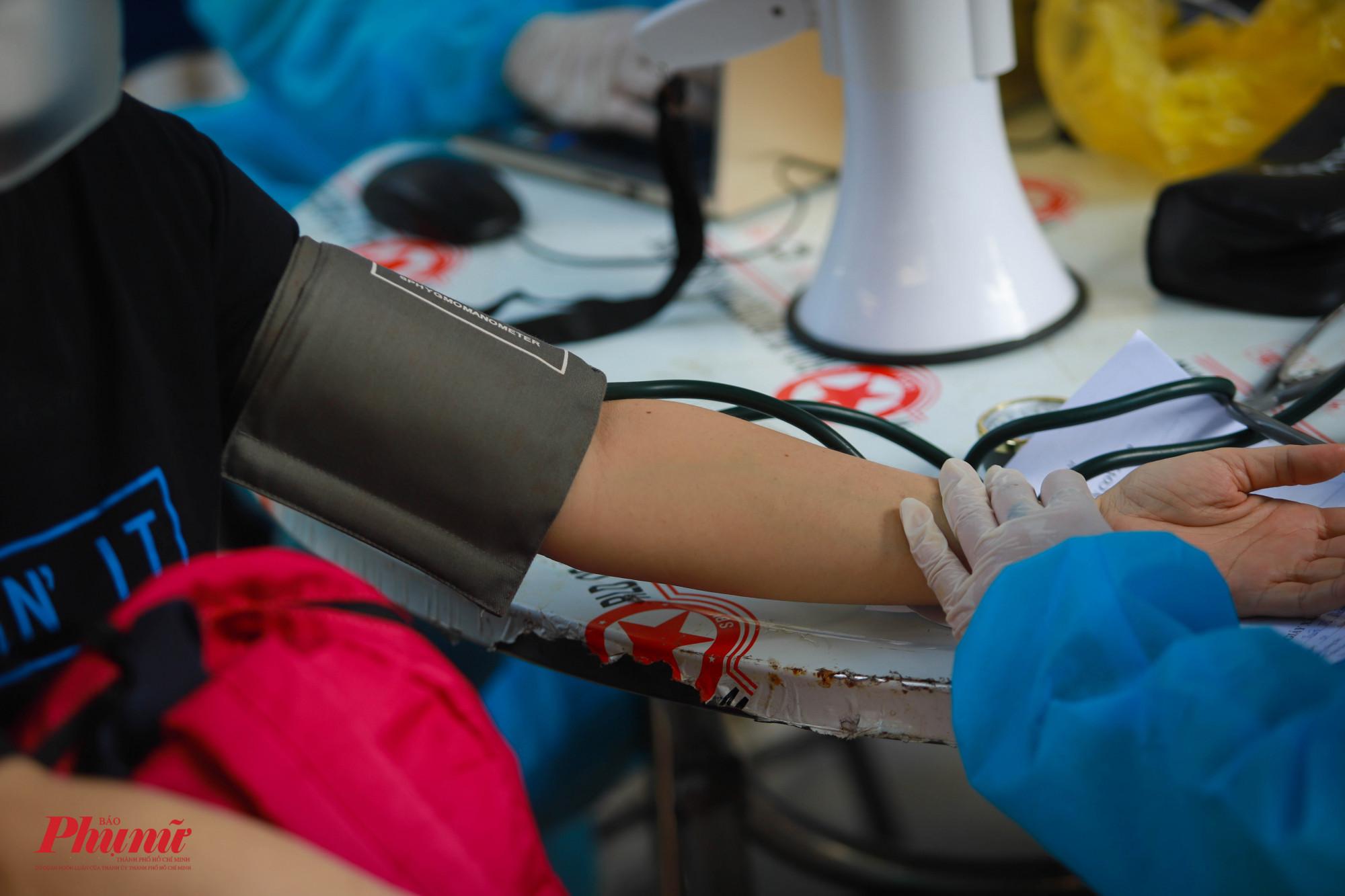 Nhiều trường hợp huyết áp cao, được nhân viên y tế kiểm tra lại nhiều lần trước khi tiêm