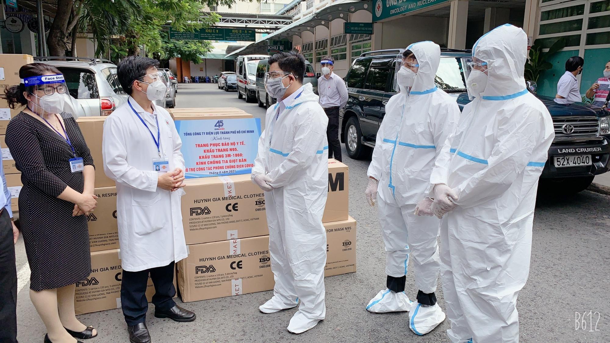 Ông Bùi Hải Thành, Phó bí thư Đảng ủy (giữa) thay mặt cán bộ công nhân viên TCT Điện lực TPHCM gửi lời tri ân đến các y - bác sĩ - lực lượng tuyến đầu phòng chống dịch COVID-19