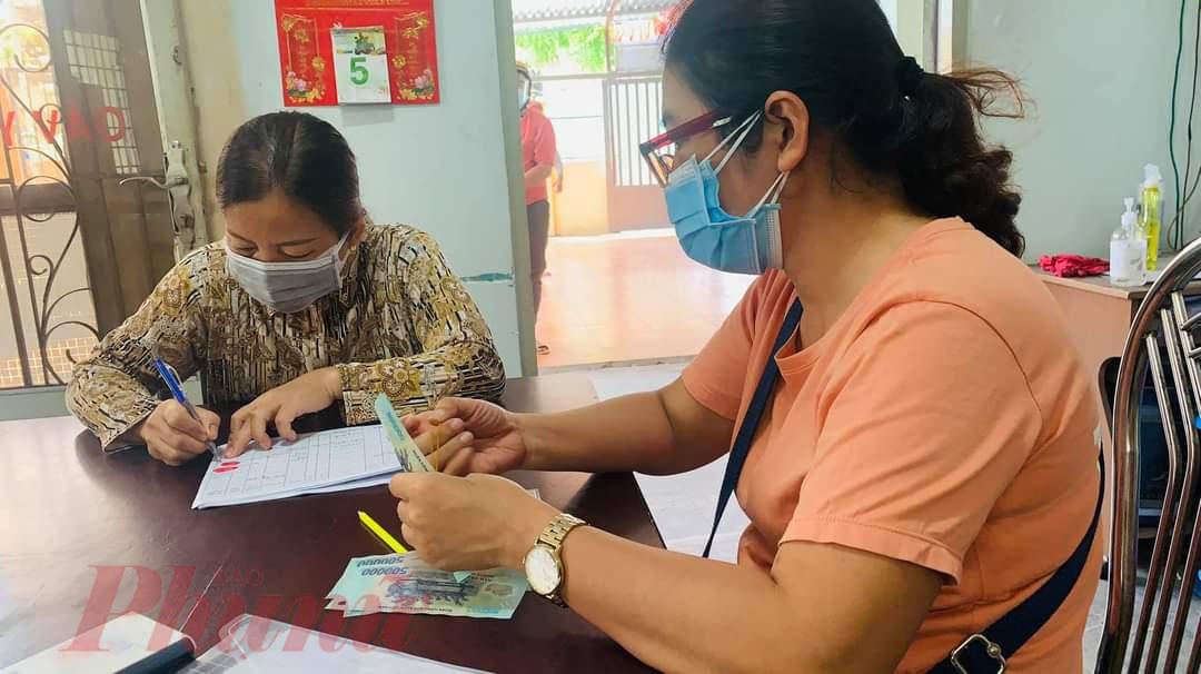 Lao động tự do được nhận gói hỗ trợ tại Phường Đông Hưng Thuận, quận 12, TPHCM.Ảnh: Nghi Anh