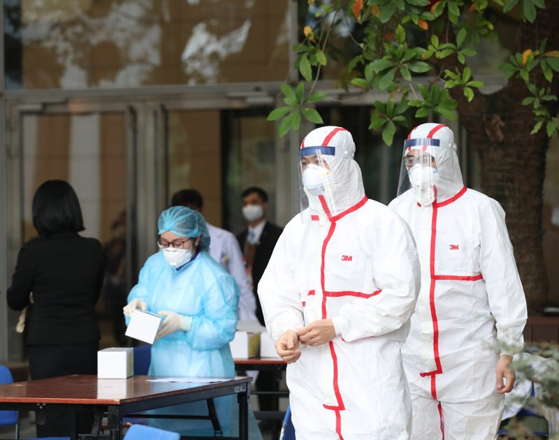 UBND TPHCM vừa ban hành văn bản khẩn về triển khai hỗ trợ động viên cho lực lượng y tế tuyến đầu tham gia phòng, chống dịch COVID-19.