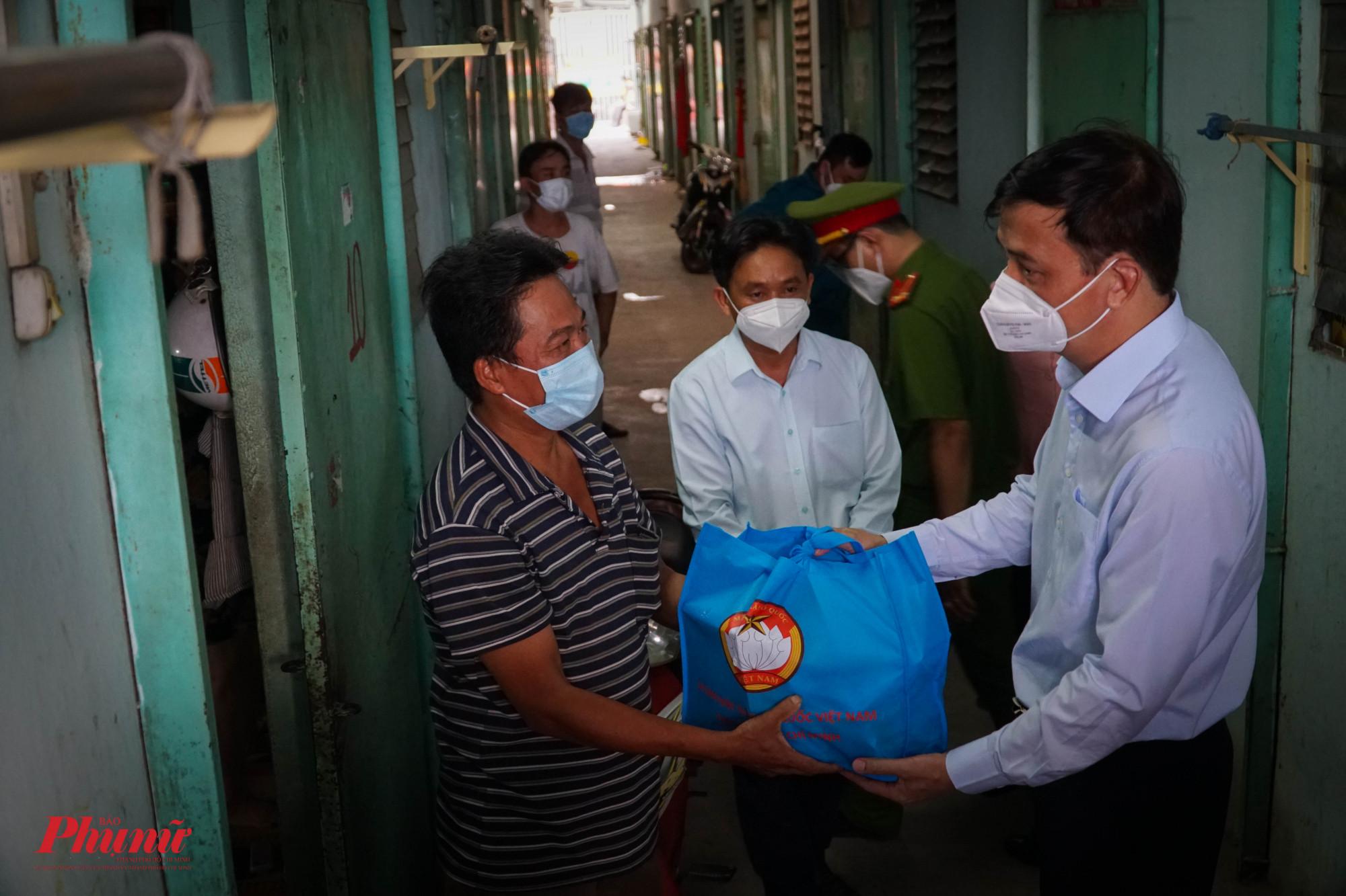 Ông Lê Hòa Bình - PCT UBND TPHCM trao tặng quà cho người dân trong khu lưu trú công nhân mất việc do dịch bệnh