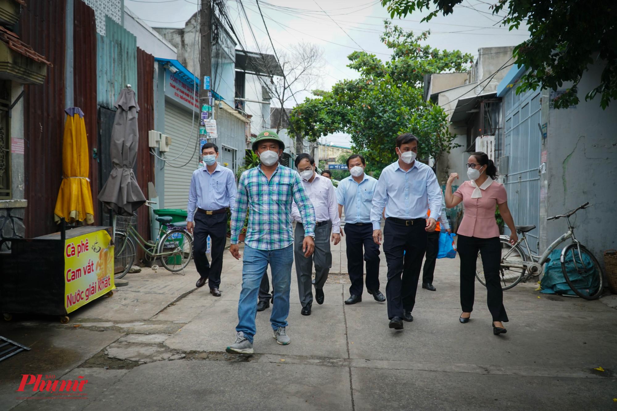 Đoàn công tác kiểm tra và tặng quà cho người dân trong vùng xanh thuộc xã Vĩnh Lộc B