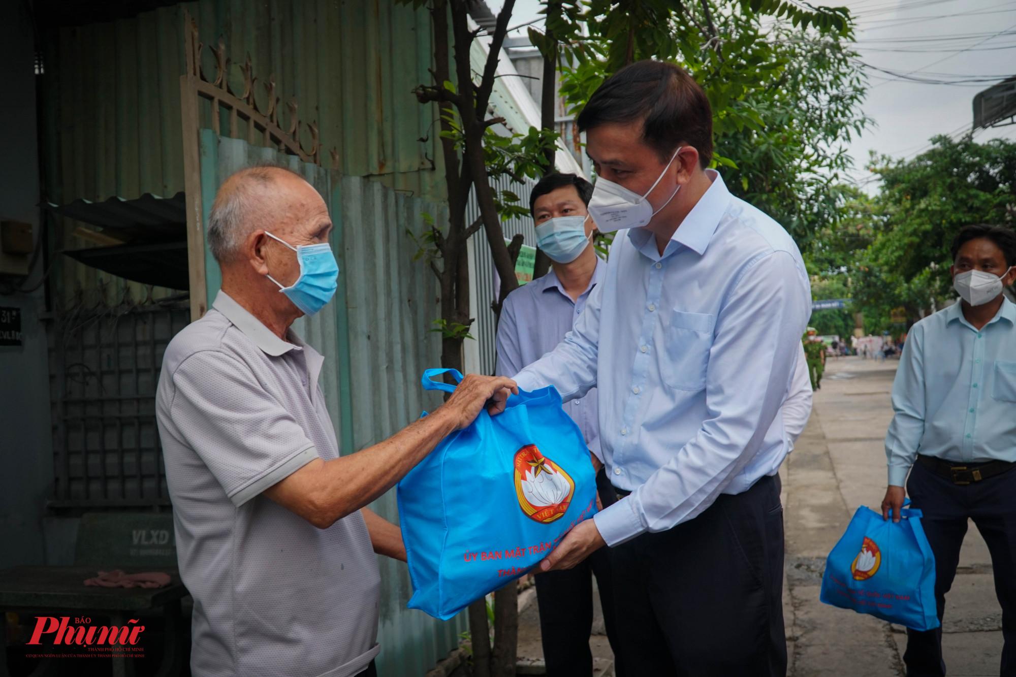 Lãnh đạo TP thăm và tặng quà cho từng người dân trong khu phố
