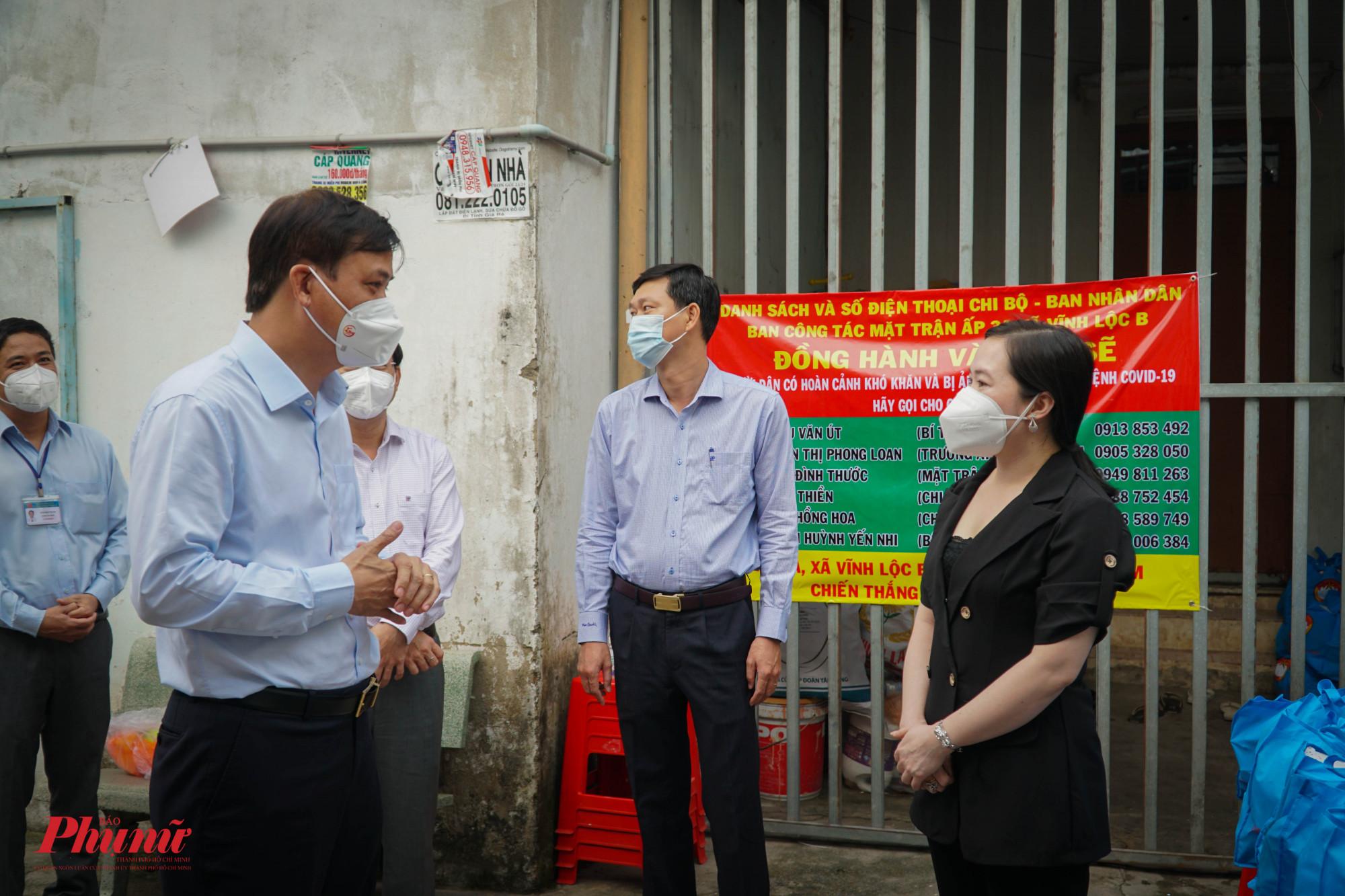 Ông Lê Hòa Bình - PCT UBND TPHCM trao đổi với chị Tuyết Lan chủ khu lưu trú công nhân về vấn đề chăm lo đời sống công nhân