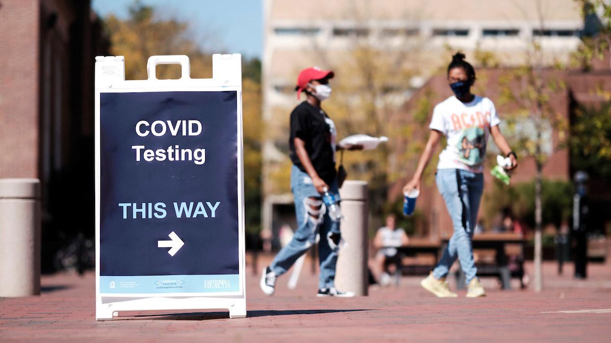 Hiện đang có những lo ngại về hậu quả của việc sinh viên sử dụng giấy xác nhận tiêm vắc xin giả để qua mặt hệ thống kiểm soát dịch của nhà trường - Ảnh: Jon Gardiner/UNC-Chapel Hill