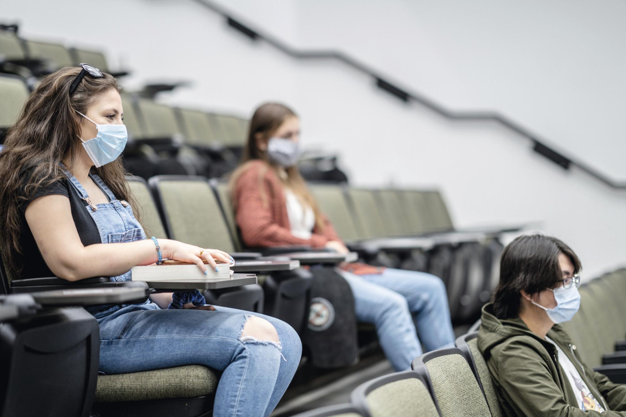 ác trường đại học ở Mỹ và nhiều nước trên thế giới đang siết chặt quy định tiêm vắc xin COVID-19 khi kỳ nhập học mùa thu đang đến gần - Ảnh: Getty Images