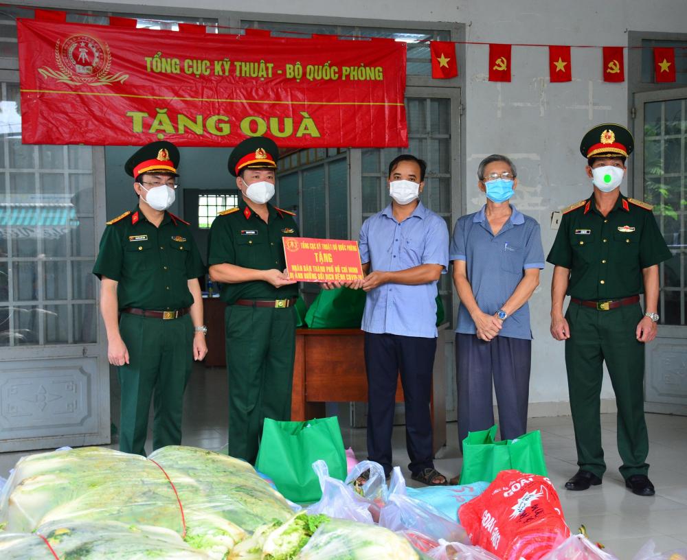 Tất cả hàng hóa được phân loại, chia thành 250 phần quà (trị giá 500 ngàn đồng/phần) gửi đến người dân có hoàn cảnh khó khăn của hai huyện Củ Chi và Hóc Môn.