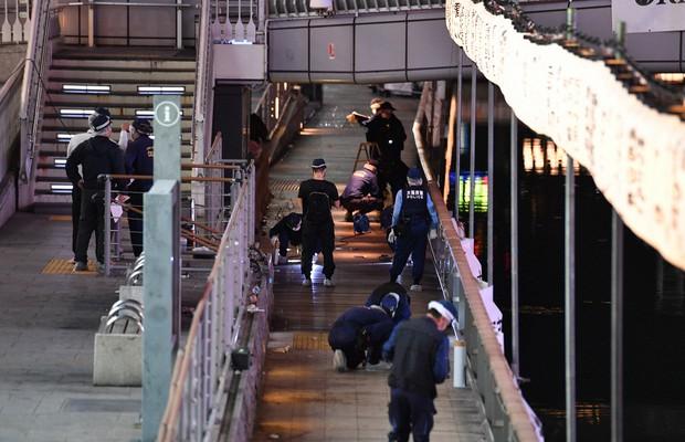 Một người phụ nữ đã gọi cho đường dây khẩn trình báo về vụ việc. Lực lượng cứu hộ có mặt và đưa nạn nhân lên bờ khoảng 20 phút sau đó nhưng anh này đã tử vong