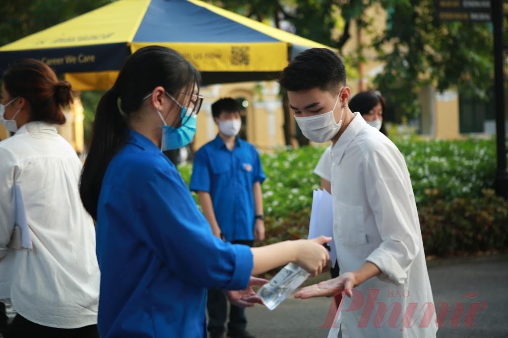 Thí sinh làm thủ tục dự thi tốt nghiệp THPT đợt 2 (ảnh: Đại Minh)