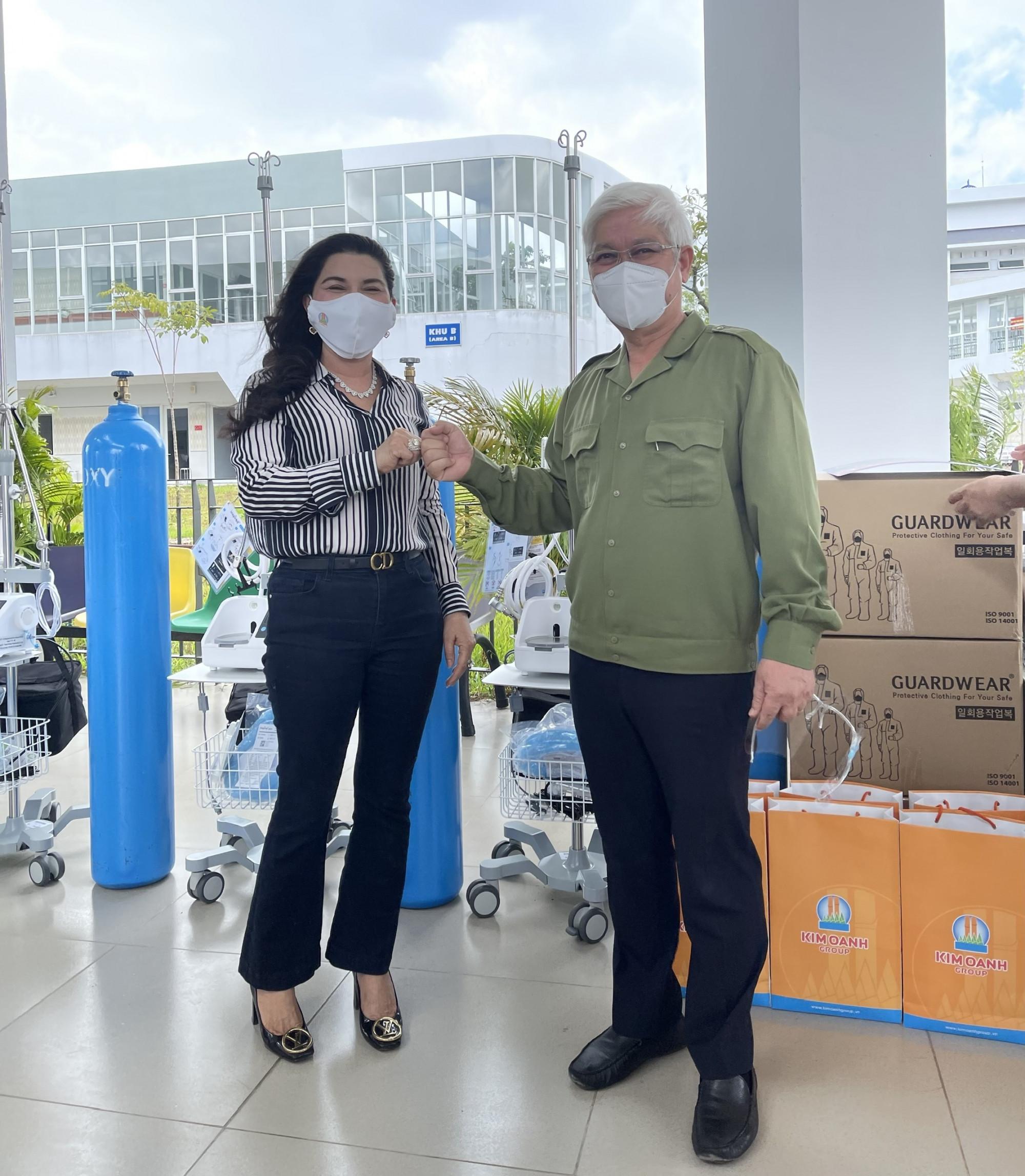 Bí thư Tỉnh ủy Bình Dương Nguyễn Văn Lợi khen ngợi tinh thần chung tay phòng chống dịch của Tập đoàn địa ốc Kim Oanh trong việc ủng hộ các thiết bị, vật tư y tế hỗ trợ việc chăm sóc và điều trị bệnh nhân COVID-19 - Ảnh: Kim Oanh Group