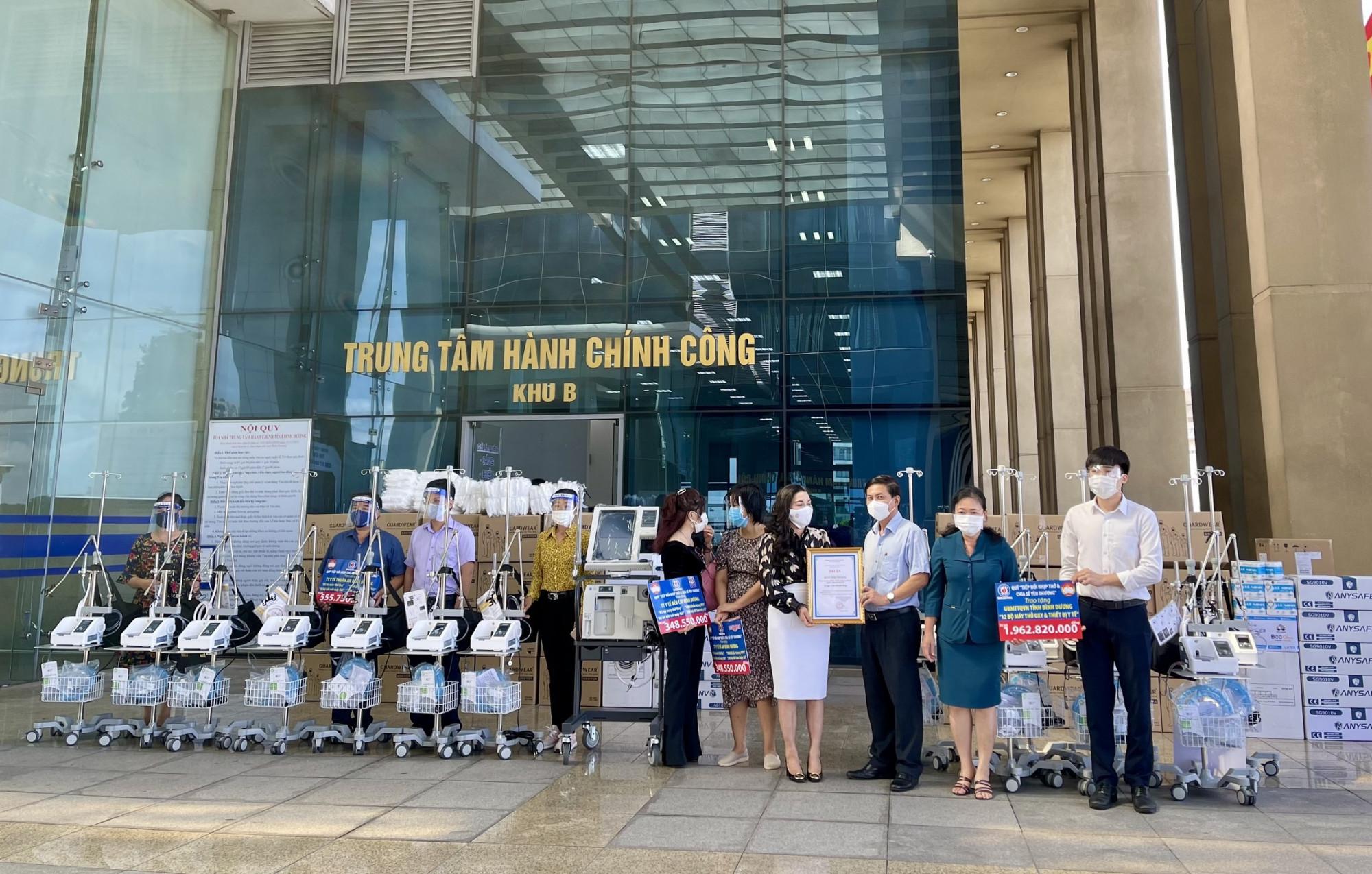 Quỹ từ thiện Kim Oanh đã ủng hộ tỉnh Bình Dưong 32 máy trợ thở với nhiều vật tư y tế có giá trị - Ảnh: Kim Oanh Group