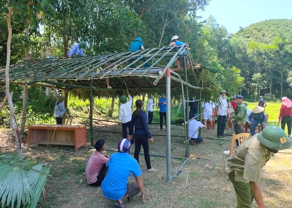 Người dân cùng nhau chặt tre, lá cọ dựng lán dã chiến để làm nơi cách ly