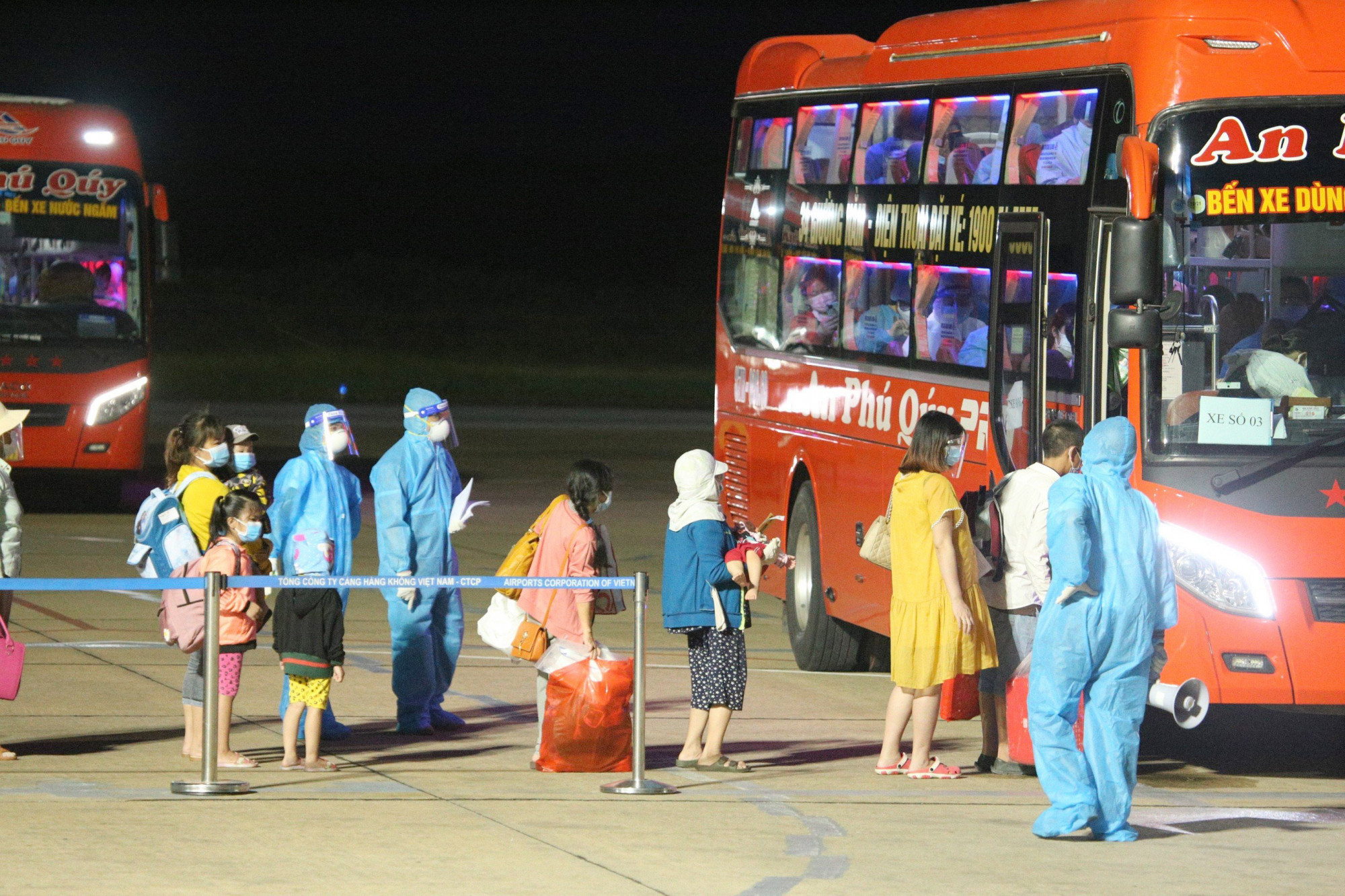 Gần 450 người dân ở các tỉnh phía Nam được Nghệ An đón về miến phí bằng máy bay