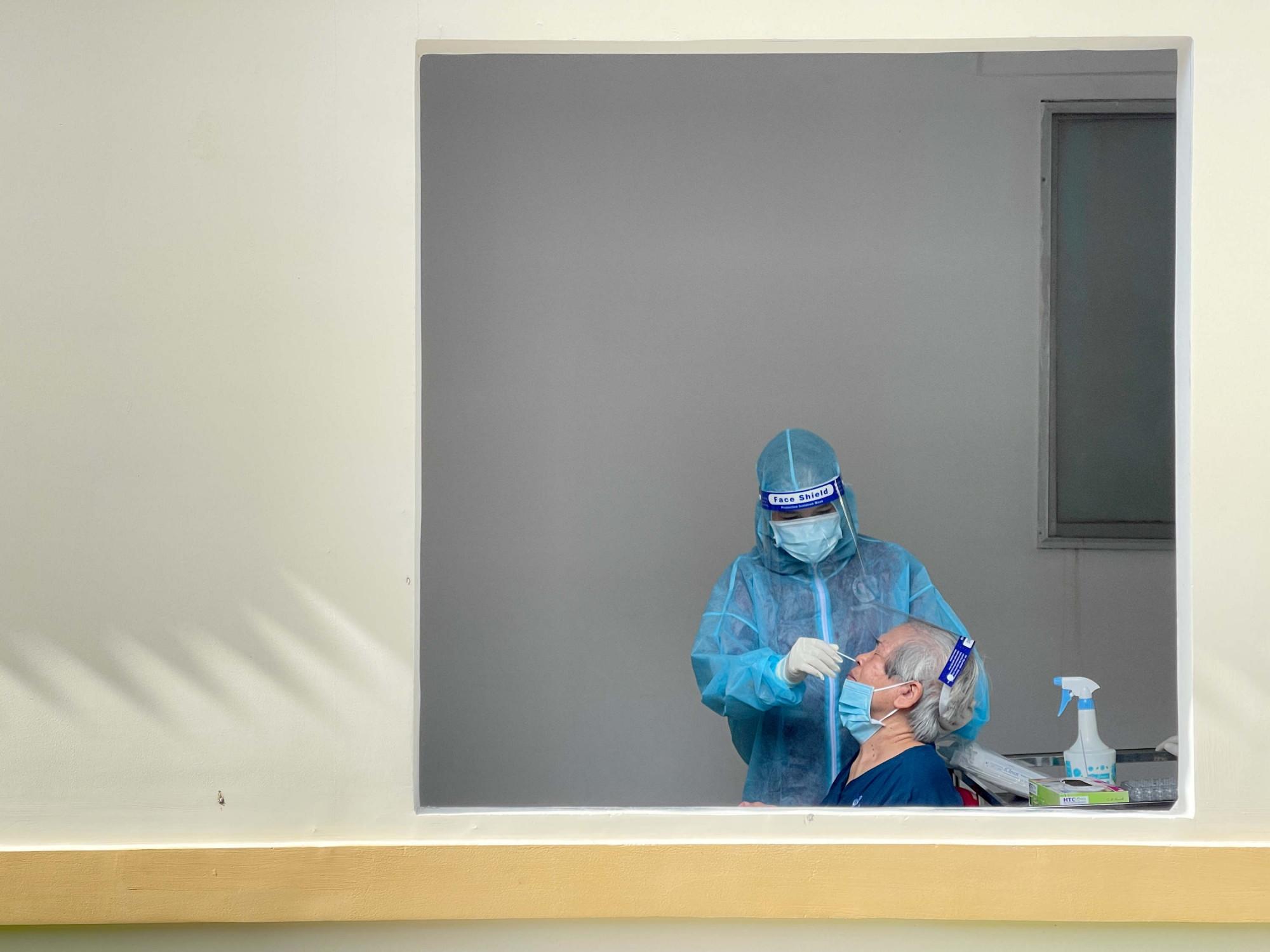 Đến nơi tiêm chủng, các bậc sinh thành được test nhanh virus SARS-CoV-2, thăm khám kỹ trước khi vào tiêm ngừa.