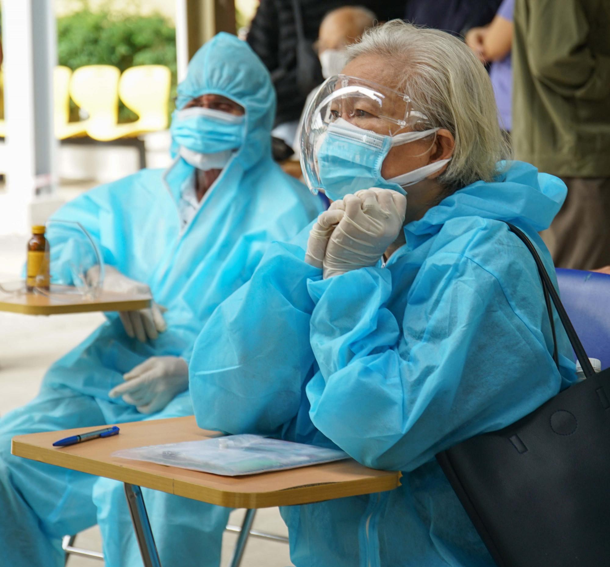 """Các cụ chia sẻ: """"Được tiêm vaccine Covid-19 ai cũng vui, nhưng phải cẩn thận vì đã lớn tuổi nên trang bị thêm đồ phòng hộ cho yên tâm khi đến nơi đông người"""""""