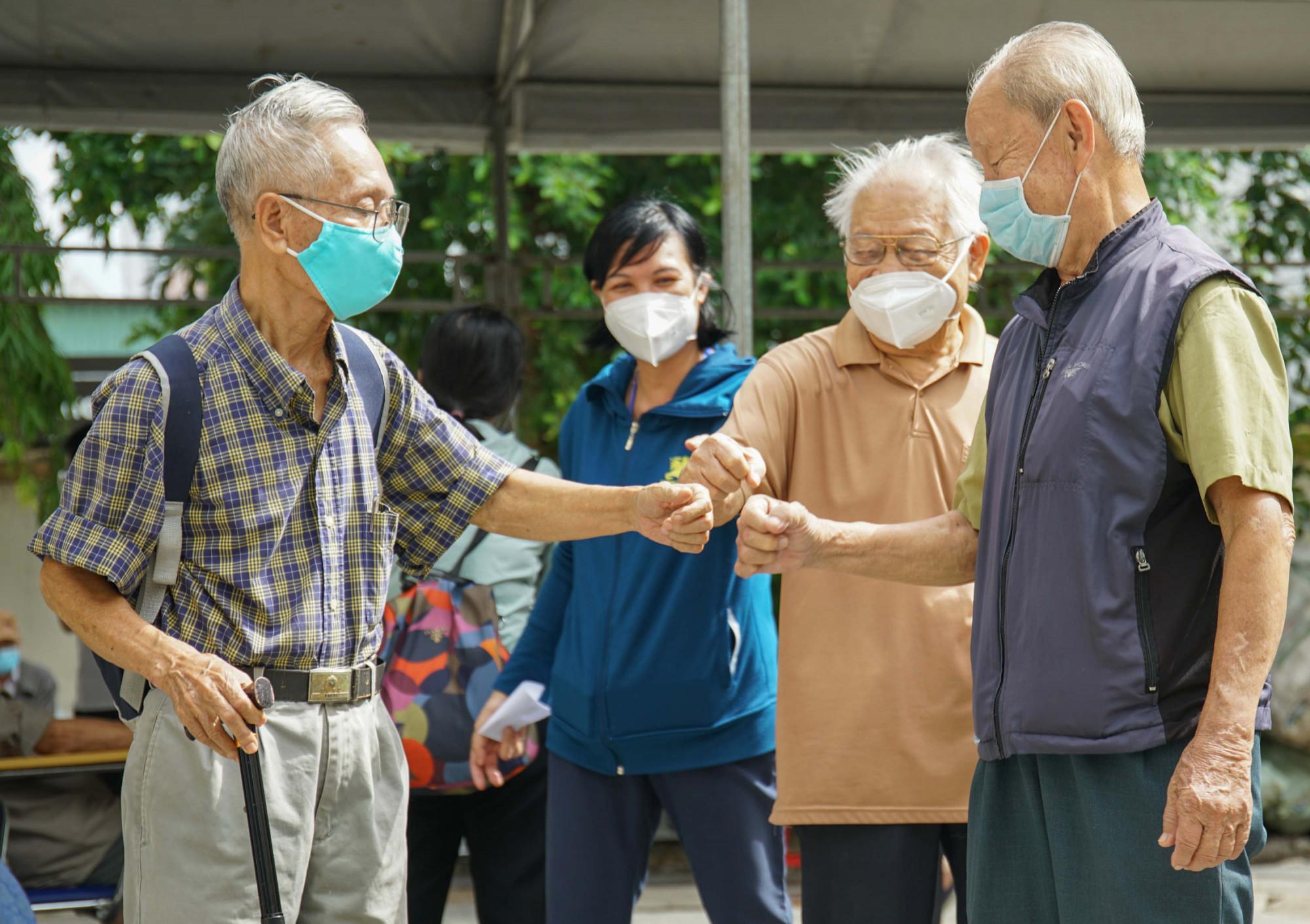 Các cụ ông tại phường Thảo Điền chúc mừng nhau sau khi được tiêm vacxin ngừa Covid-19