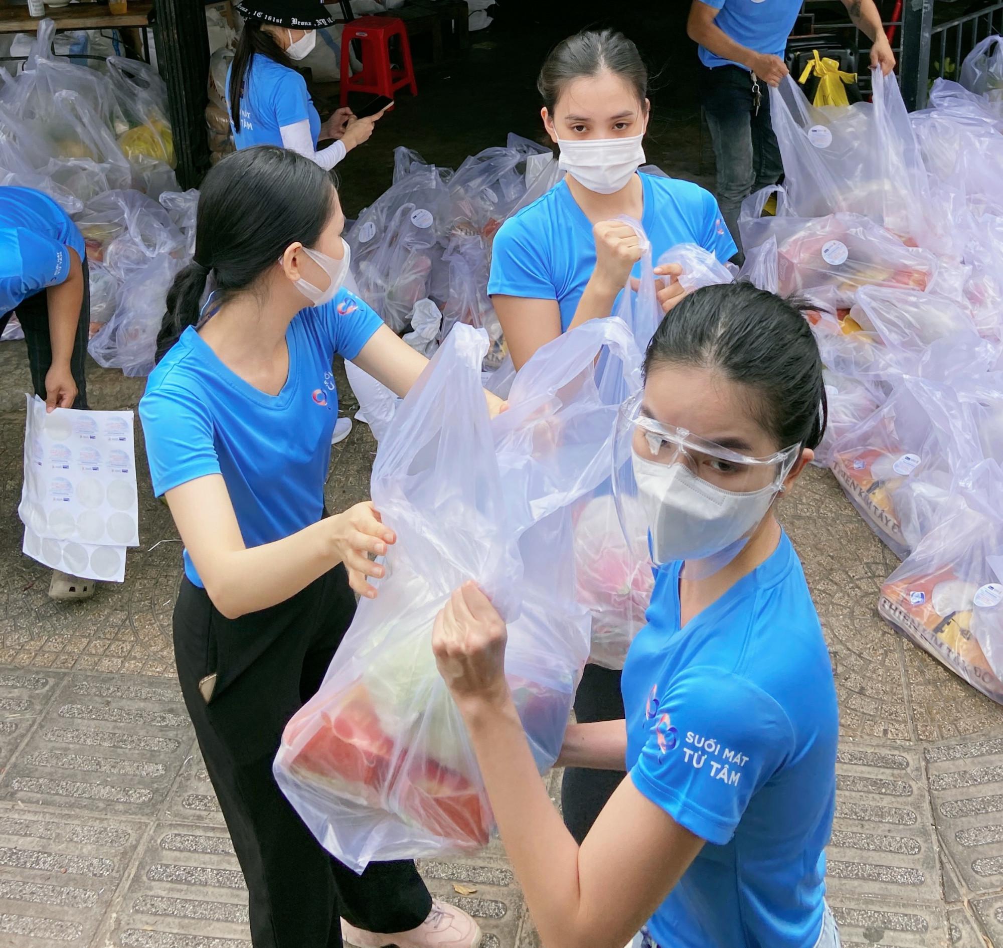 Các người đẹp như: Tiểu Vy, Phương Anh, Mai Phương... vận chuyển hàng tấn gạo giúp công nhân, người lao động nghèo