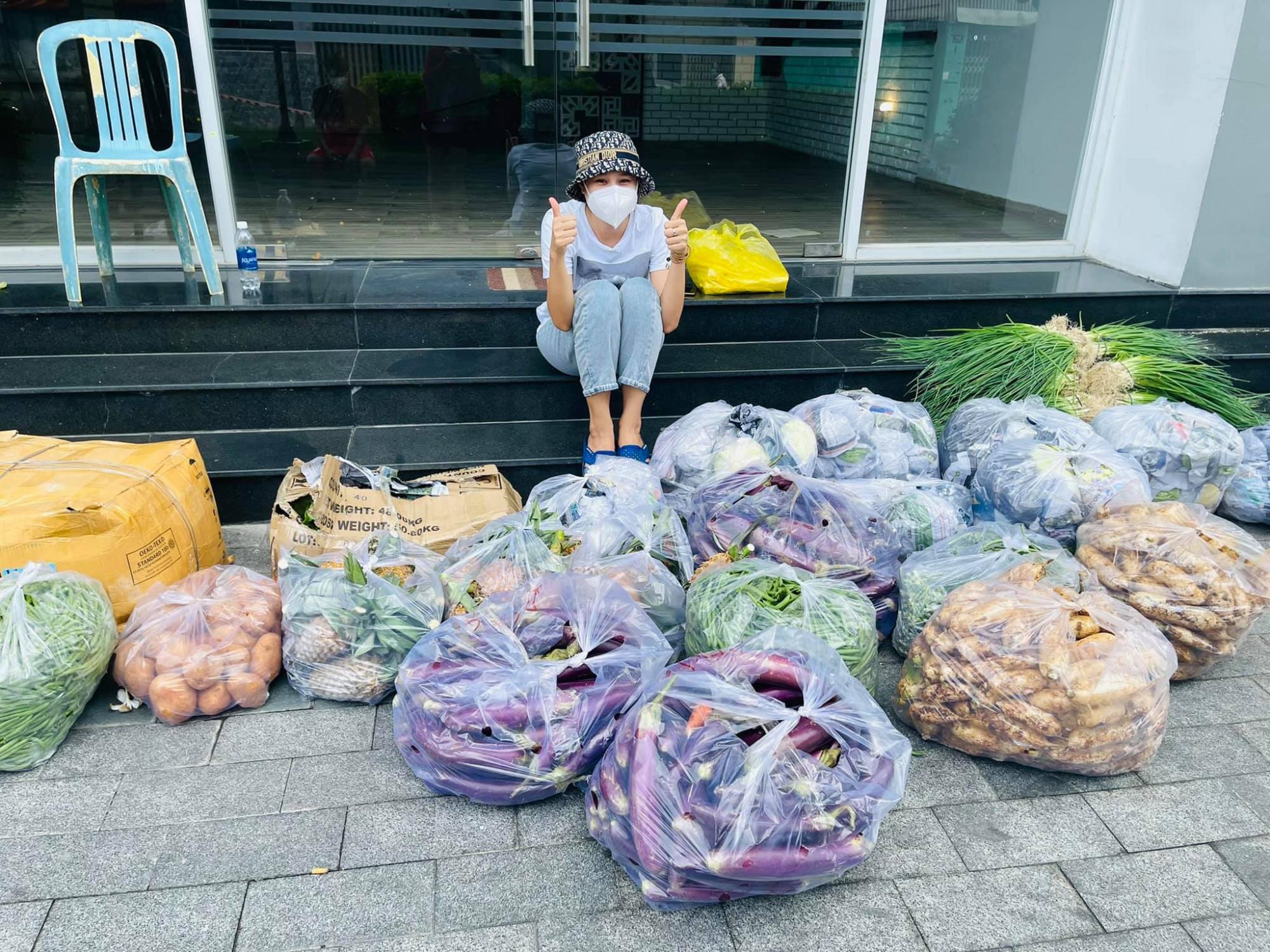 Với sự đóng góp cá nhân và được Mạnh Thường Quân đóng góp, Hồ Bích Trâm đã cho khoảng 22 tấn gạo