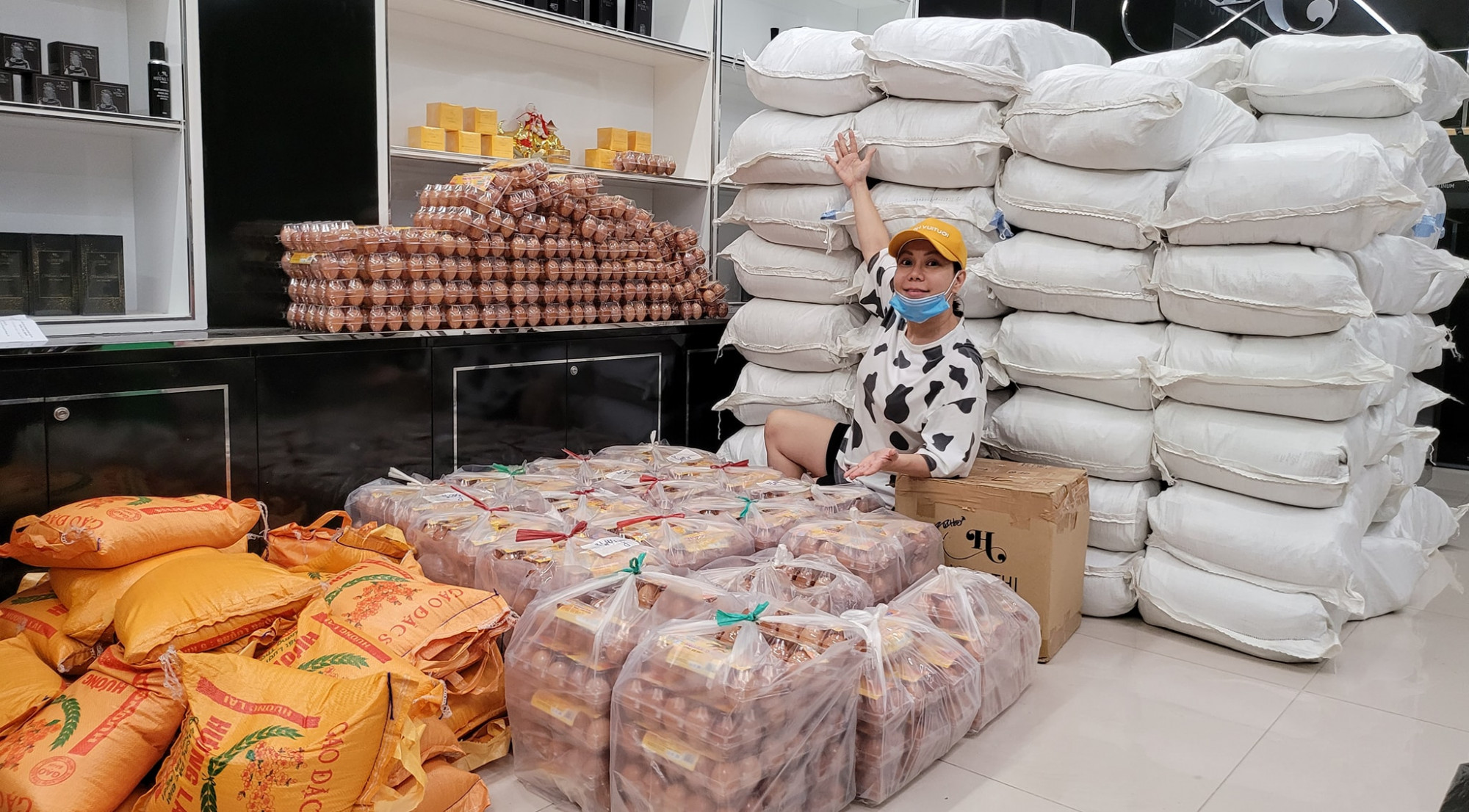 Việt Hương bên cạnh số gạo, trứng chị tập hợp hôm 1/8 để chuẩn bị phát cho bà con khó khăn trong dịch ở TPHCM