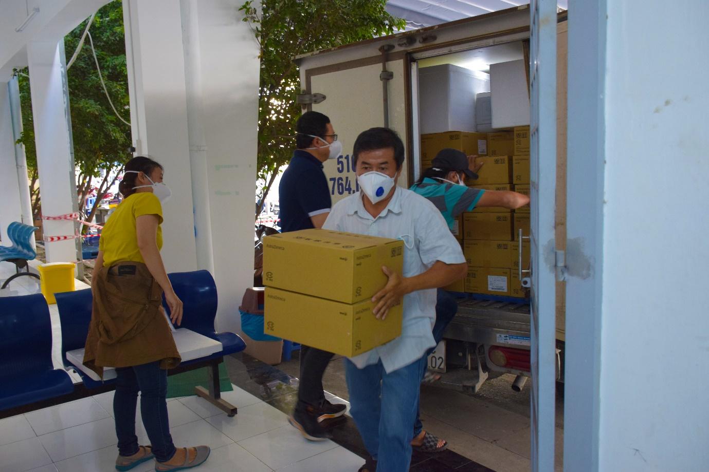 Nhân viên HCDC tiếp nhận vắc xin và bảo quản tại kho lạnh