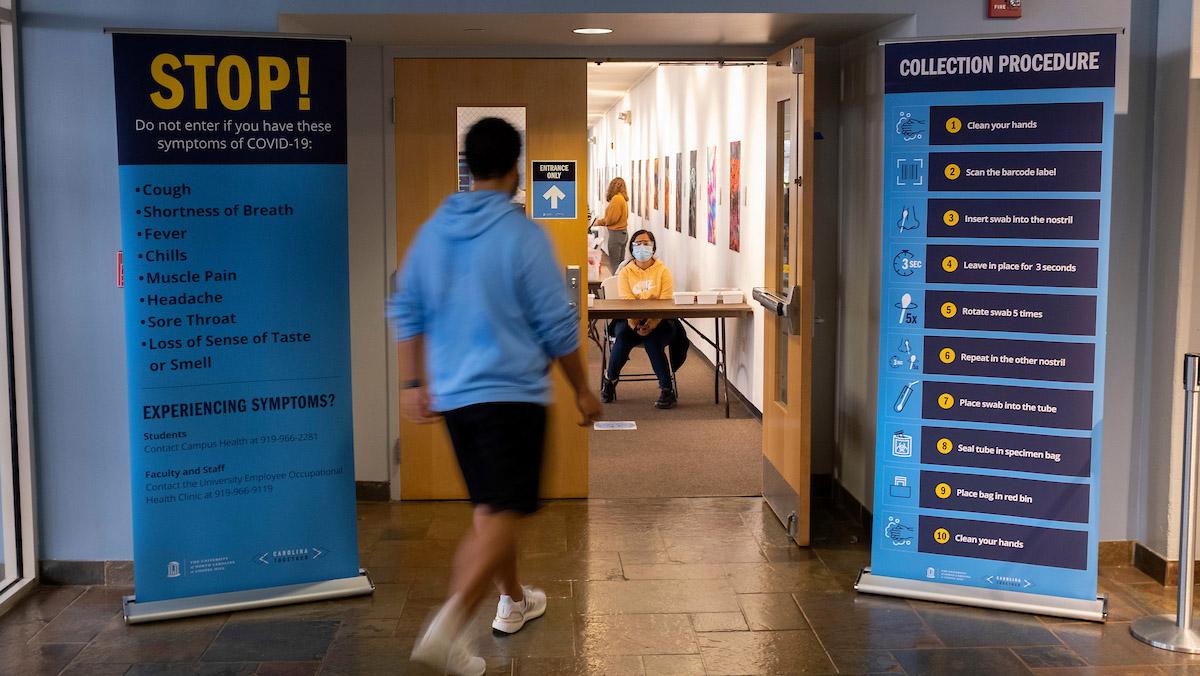 Trường đại học UNC-Chapel Hill cam kết sẽ kiểm soát chặt chẽ việc sử dụng giấy xác nhận tiêm vắc xin COVID-19 để kịp thời phát hiện những giấy tờ giả - Ảnh: Jon Gardiner/UNC-Chapel Hill