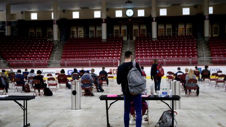 Sinh viên một trường đại học của Mỹ đang ngồi ở khu vực theo dõi sau khi tiêm vắc xin - Ảnh: Jessica Rinaldi/Newsweek