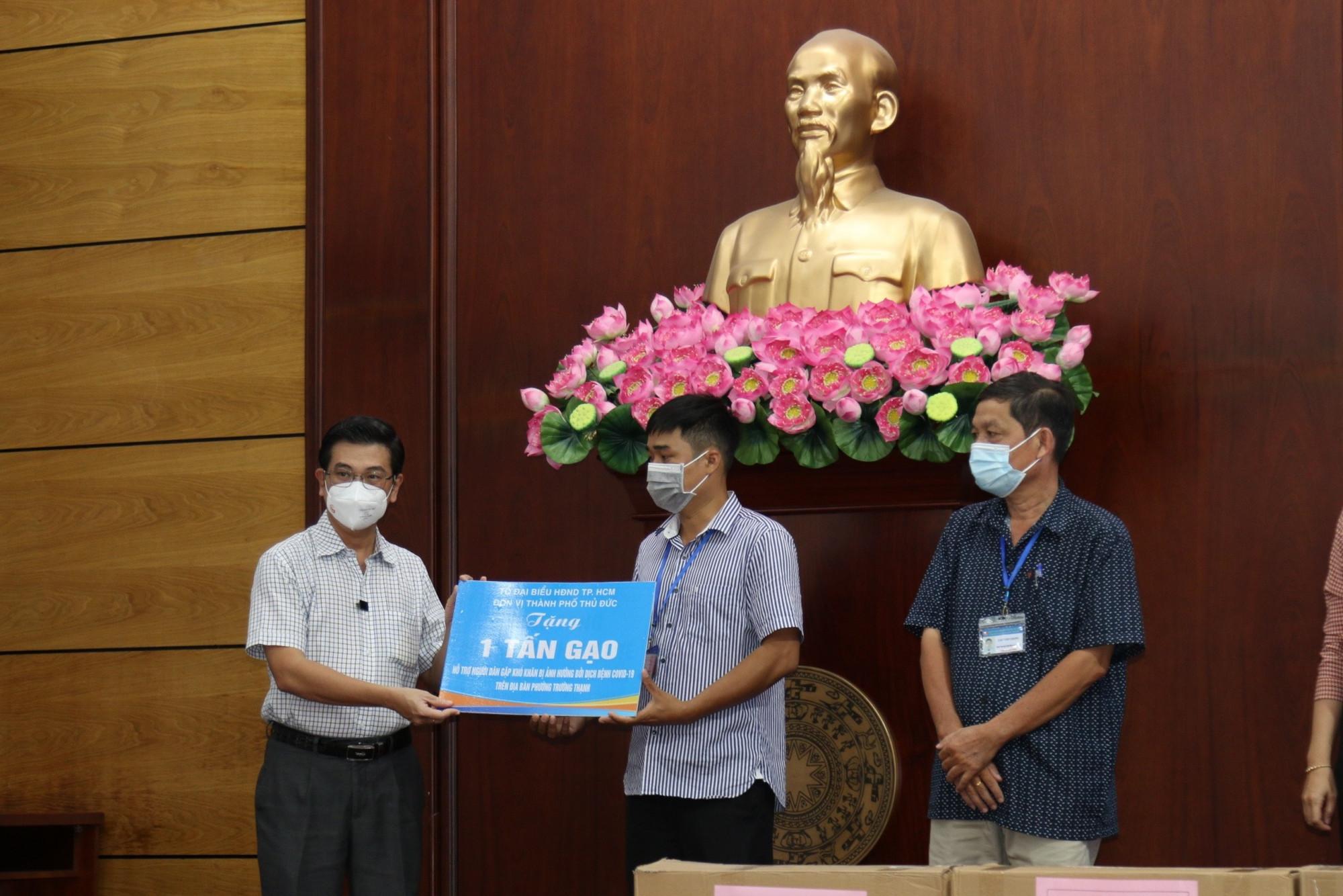 Ông Nguyễn Văn Dũng - Phó chủ tịch HĐND TP.HCM đại diện đoàn tặng