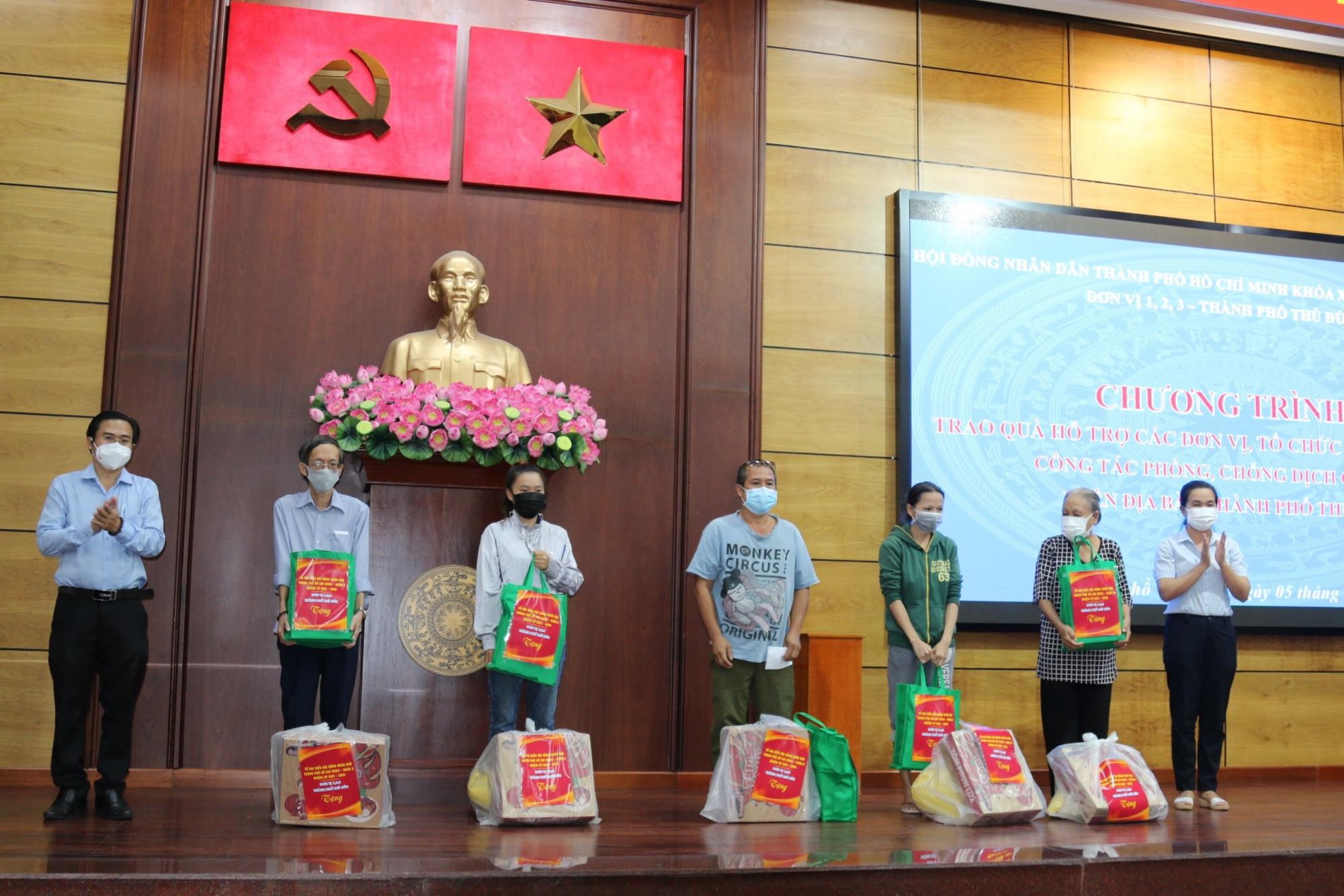 Ông Cao Thanh Bình - Trưởng ban Văn hóa  - xã hội, HĐND TPHCM, Tổ trưởng Tổ đại biểu HĐND TPHCM - Đơn vị thành phố Thủ Đức đại diện đoàn tặng quà cho người dân