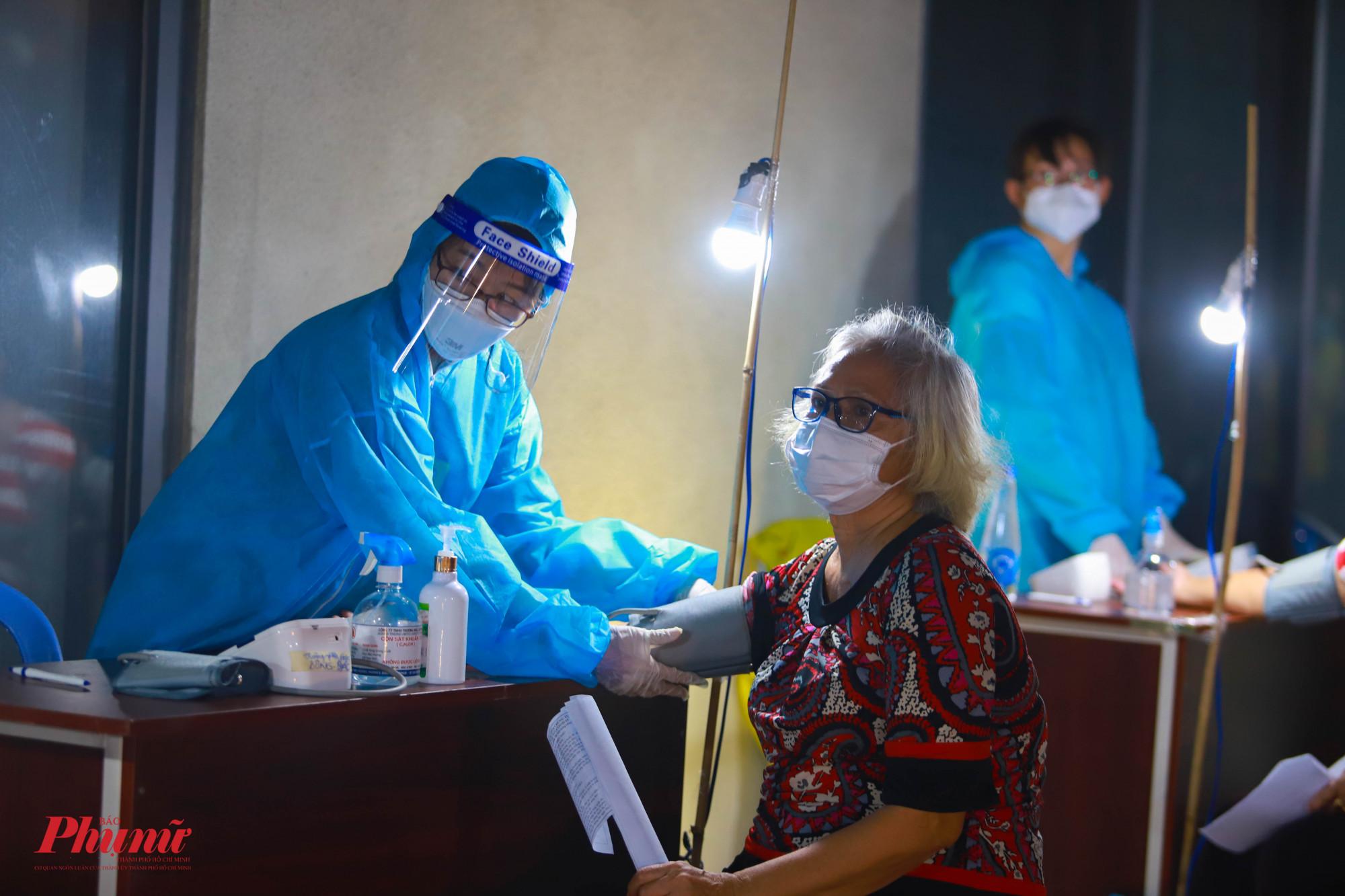Tỗi 5/8, đối tượng tiêm chủng tại điểm tiêm chung cư Giai Việt là người trên 65 tuổi và người có bệnh nền