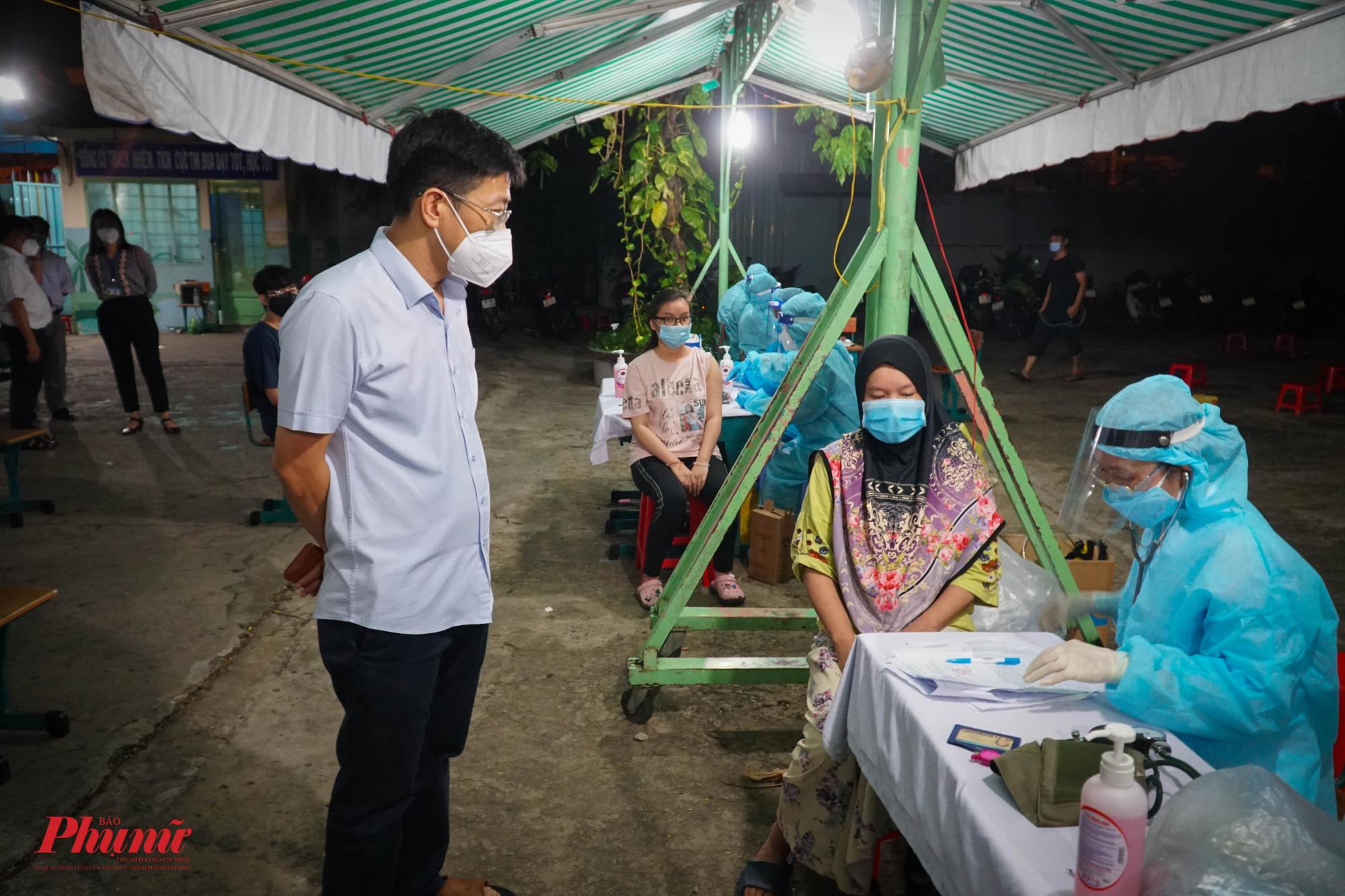 Ông Trần Thanh Tùng - Chủ tịch UBND quận 8 - động viên tinh thần người dân cùng vượt qua đại dịch
