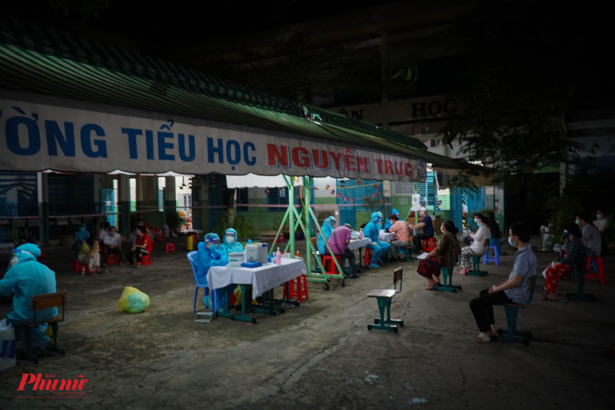 Điểm tiêm đầu tiên cho người Chăm trên địa bàn Quận 8 được tổ chức tạci trường tiểu học Nguyễn Trực, Quận 8