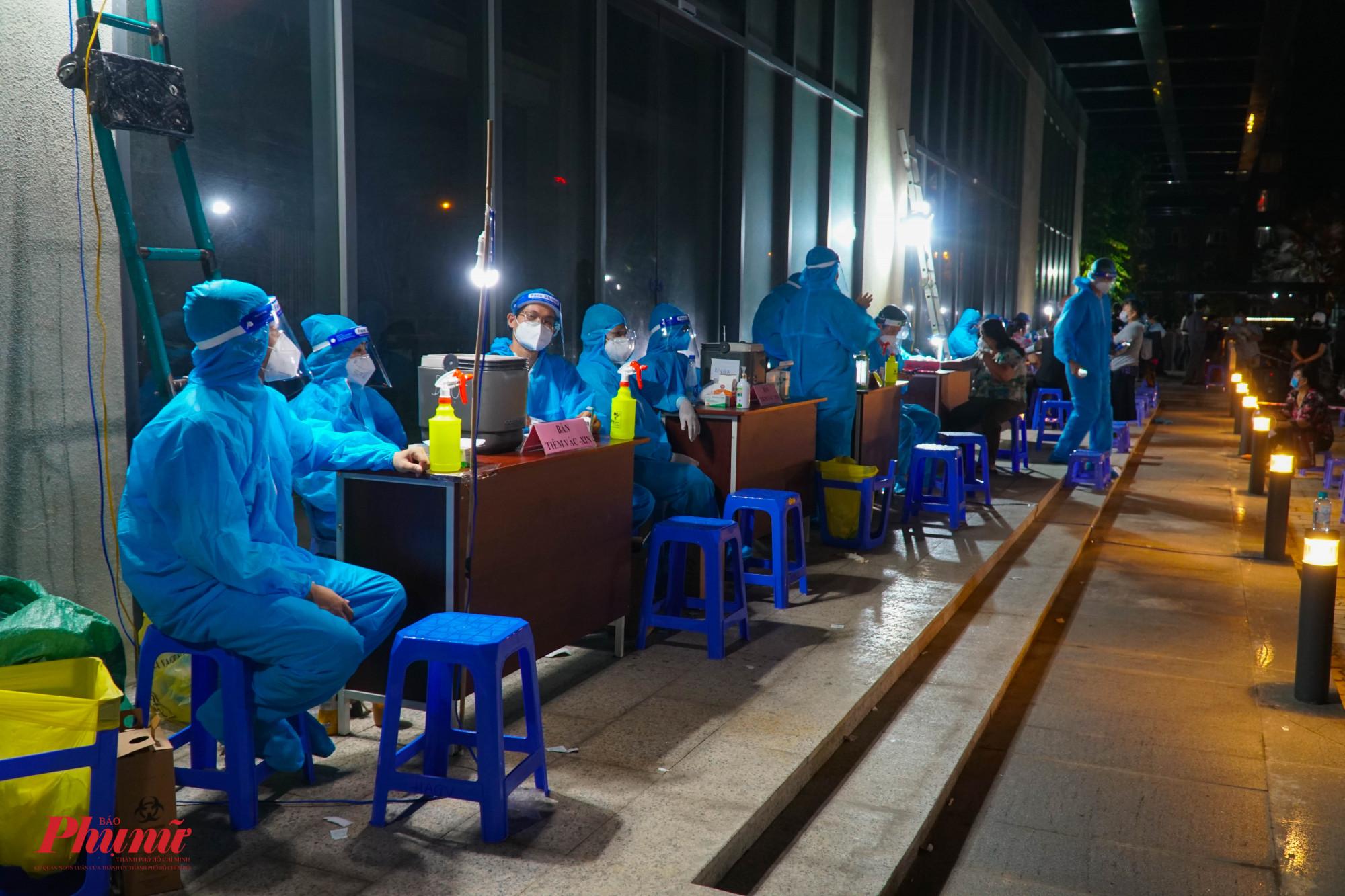 Chung cư Giai Việt là điểm tiêm tăng cường trên địa bàn Quận hoạt động từ 18g đến khoảng 23g mỗi ngày