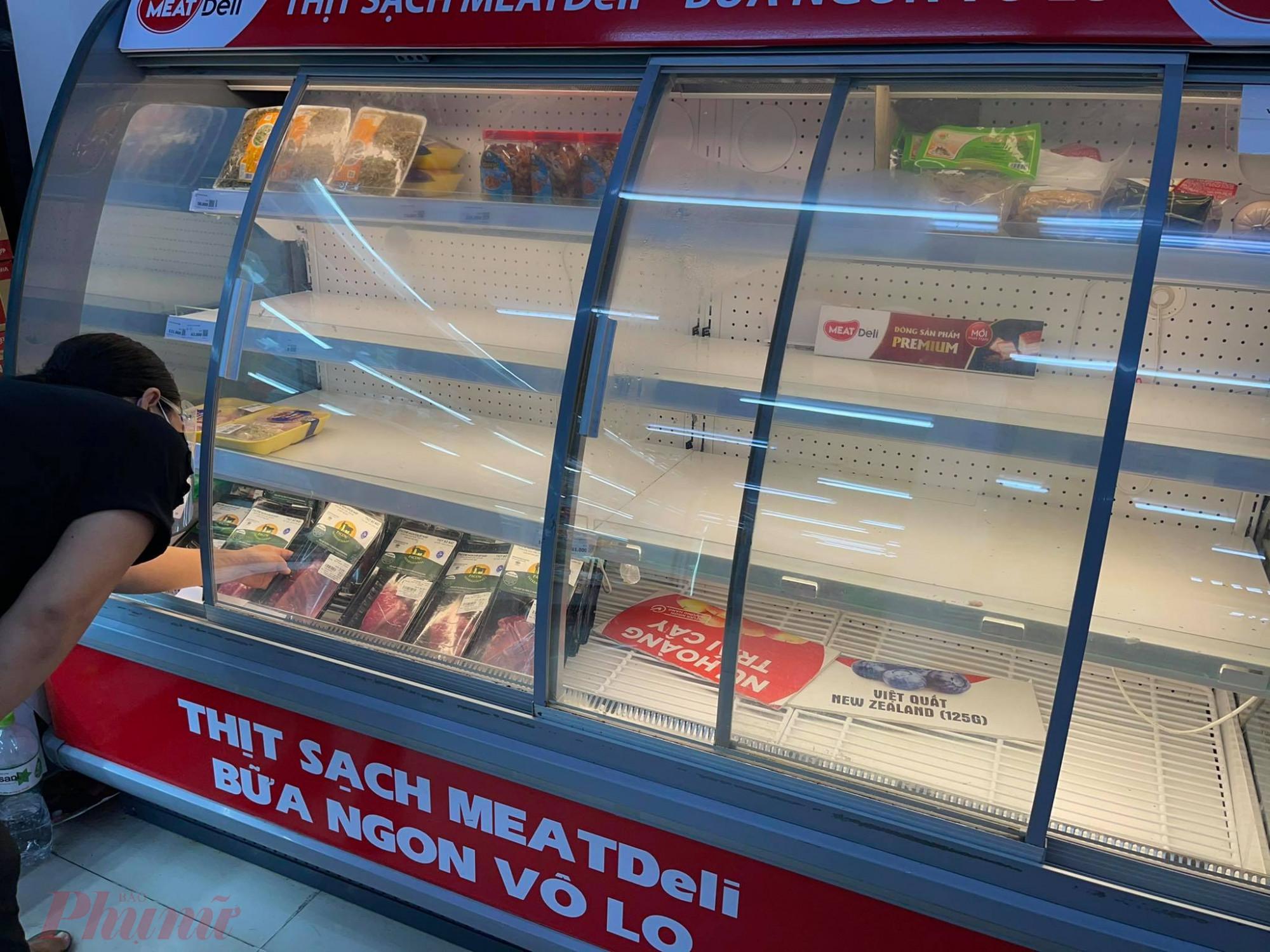 Dù heo, gà tại các vùng nuôi đang thừa mứa, khó tiêu thụ nhưng các cửa hàng, siêu thị tại TPHCM, người tiêu dùng nhiều thời điểm trong ngày vẫn rất khó mua thịt
