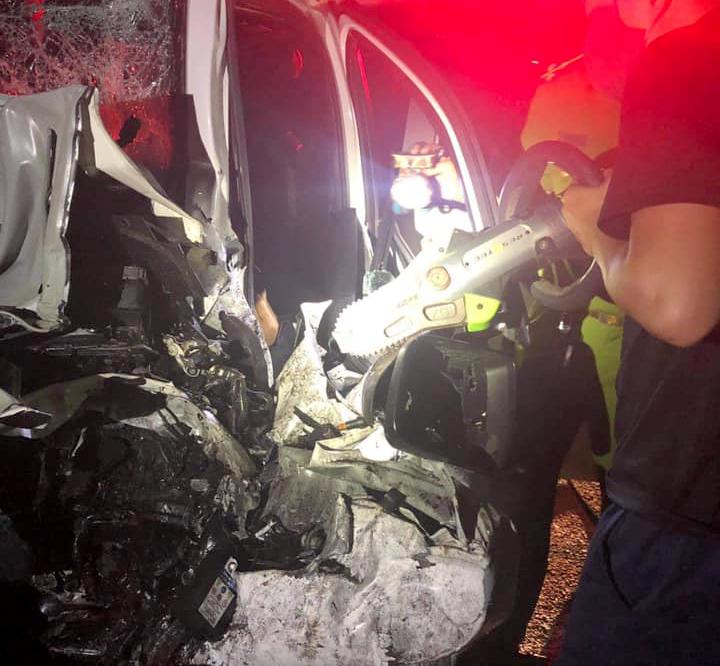 Lực lượng chức năng sử dụng cưa phá khung xe ô tô để đưa các nạn nhân ra ngoài đi cấp cứu