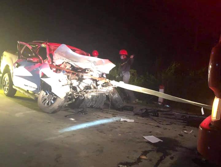 Chiếc xe ô tô bán tải bẹp dúm sau vụ tai nạn