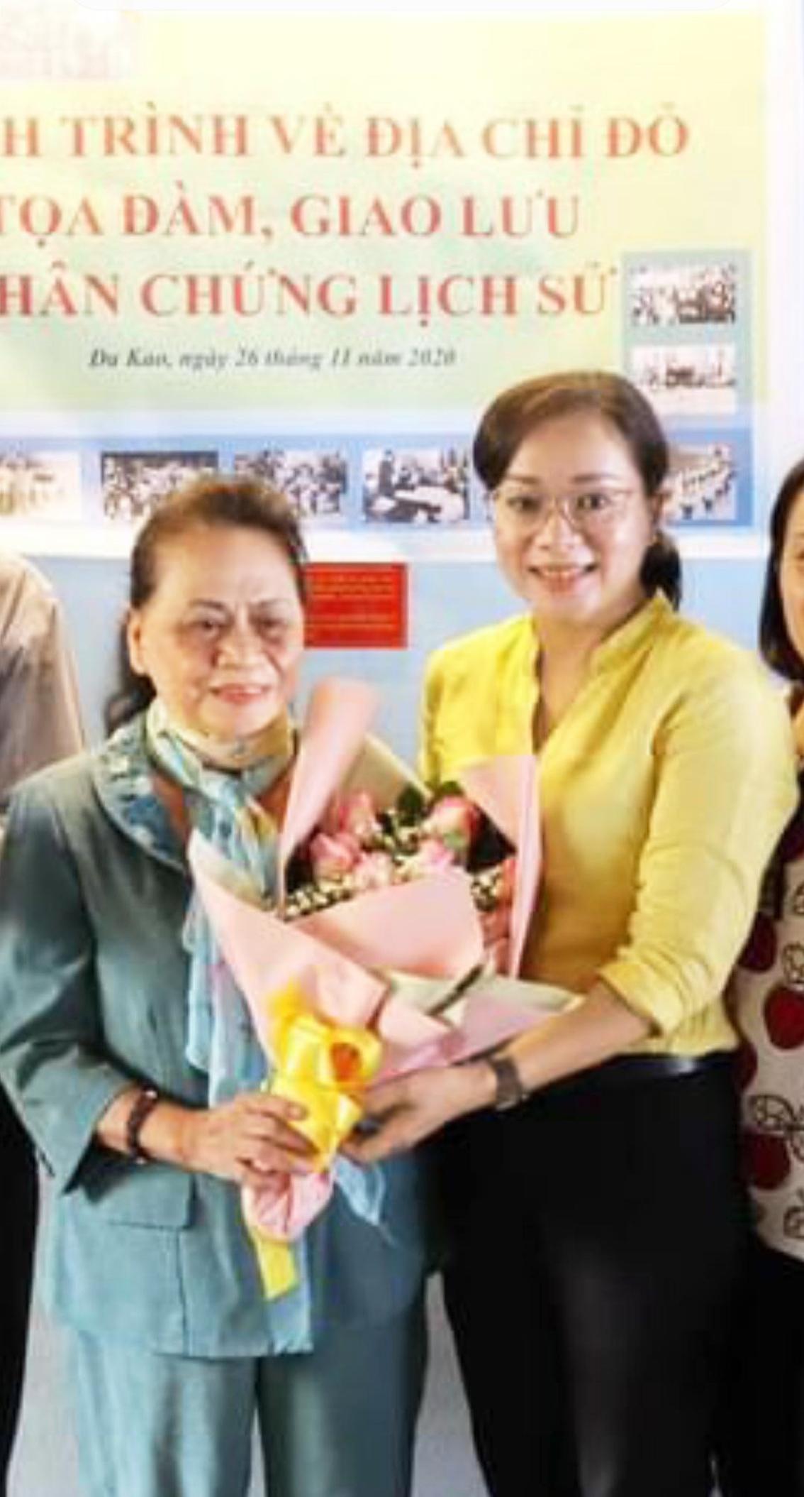 Bà Nguyễn Thị Hường (trái) nhận hoa do Chủ tịch Hội LHPN Q.1 chúc mừng nhân ngày họp mặt truyền thống