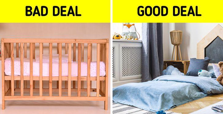Đối với nhiều bậc cha mẹ, điều đầu tiên và tốt nhất để họ có được trên tay là một chiếc cũi có thể chuyển đổi được. Đó là bởi vì ban đầu nó có thể được sử dụng như một chiếc cũi, sau đó nó có thể biến thành một chiếc giường nhỏ cho trẻ mới biết đi, khiến các bậc cha mẹ tin rằng họ sẽ có thể tiết kiệm được một số tiền. Tuy nhiên, bạn nên lưu ý rằng hầu hết thời gian, tùy chọn này thực sự đắt hơn và chiếm nhiều dung lượng hơn. Ngoài ra, những con nhỏ sẽ nhanh chóng cần một chiếc giường mới vì chúng lớn quá nhanh, vì vậy dù sao thì bạn cũng sẽ phải đầu tư gấp đôi.  Một giải pháp thay thế tốt cho vấn đề này là chuyển từ giường cũi sang giường thông thường với các thanh ray có thể tháo rời để thay thế. Bạn cũng có thể sử dụng giường cao ngang sàn, điều này sẽ giúp con bạn tự do hơn, đặc biệt là khi chúng bắt đầu tự di chuyển. Tất nhiên, bạn phải thực hiện các biện pháp phòng ngừa cần thiết để giữ cho chúng không bị rơi.