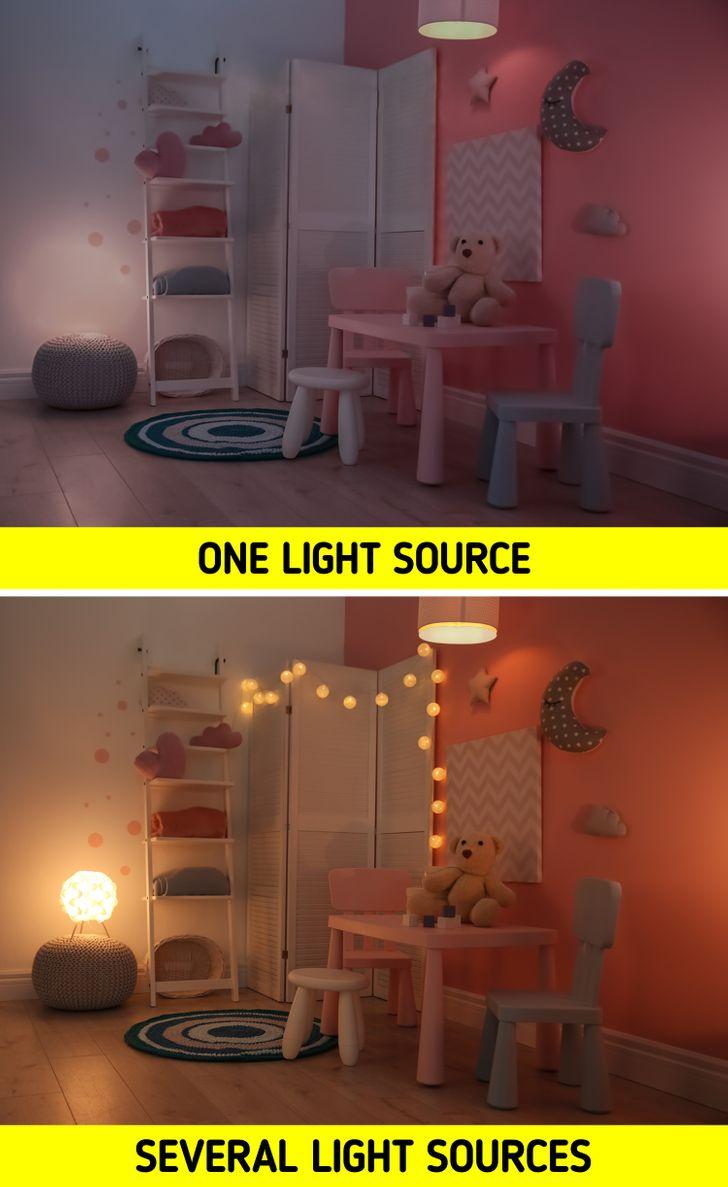 Ánh sáng là yếu tố then chốt khi bố trí bất kỳ không gian nào ở nhà và phòng của trẻ cũng không ngoại lệ. Hãy xem xét rằng, cũng giống như trong phòng khách, chẳng hạn, đèn có thể là một phần của trang trí. Bạn cũng nên lưu ý rằng, nhiều khi cần đến đèn ngủ mờ hoặc bất kỳ loại đèn nhỏ nào có thể thực hiện cùng một chức năng, đặc biệt nếu con bạn sợ bóng tối. Chúng cũng sẽ cần ánh sáng tốt hướng đến các không gian thiết yếu, chẳng hạn như khu vực vui chơi hoặc học tập của chúng.