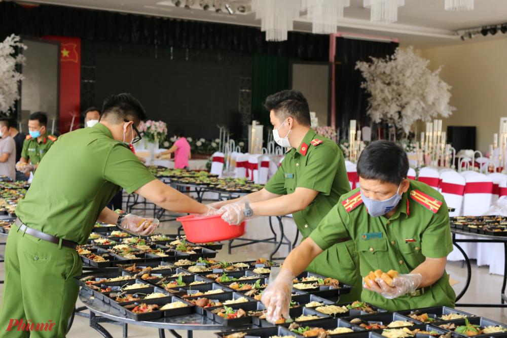 Từ chỉ huy đến lính ai ai cũng nhanh tay mong muốn đem cơm đến phục vụ bà con được đúng bữa