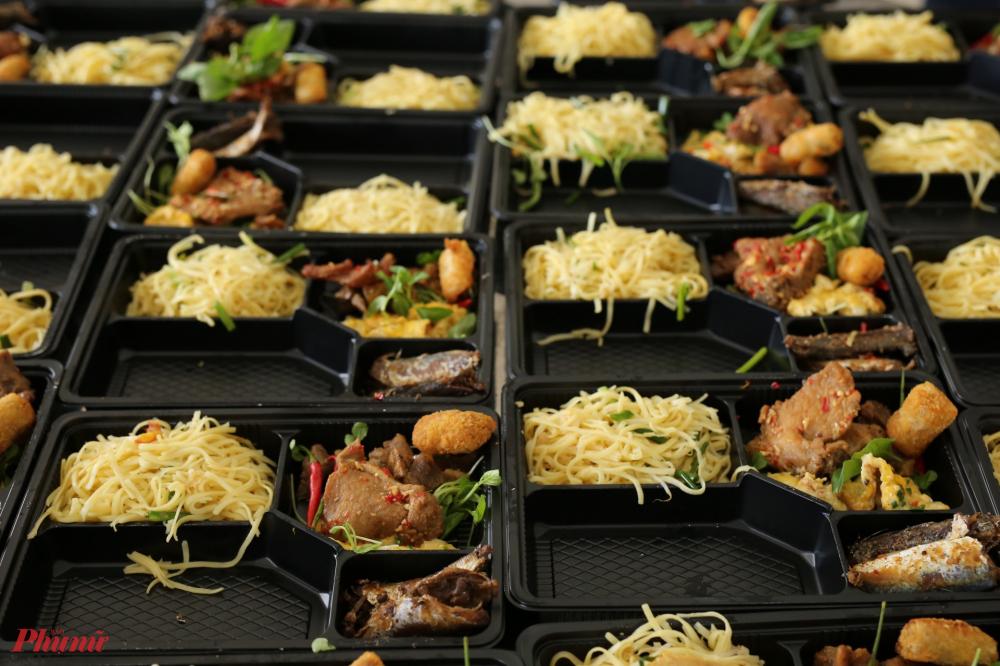 Thức an gồm đầy đủ cá, thịt và rau tươi xanh được chế biến kỹ càng